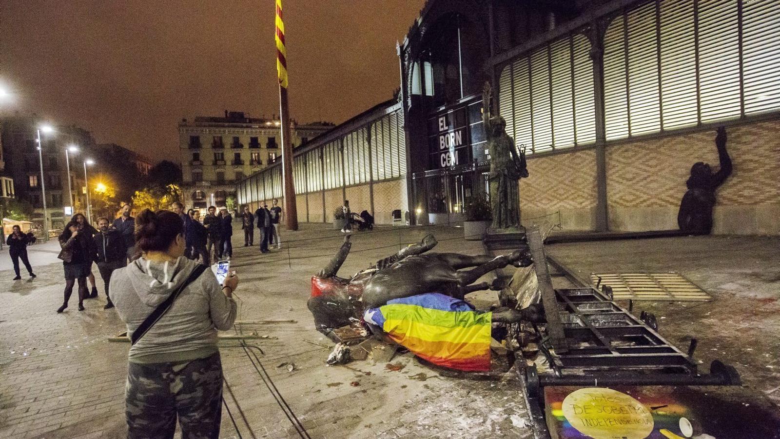 Tomben l'estàtua de Franco al Born