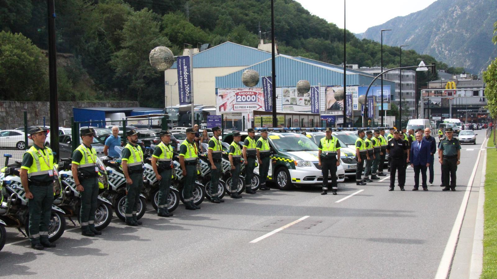 La Guàrdia Civil en formació, sota l'atenta mirada de l'amabaixador espanyol a Andorra, Àngel Ros. / C. A.