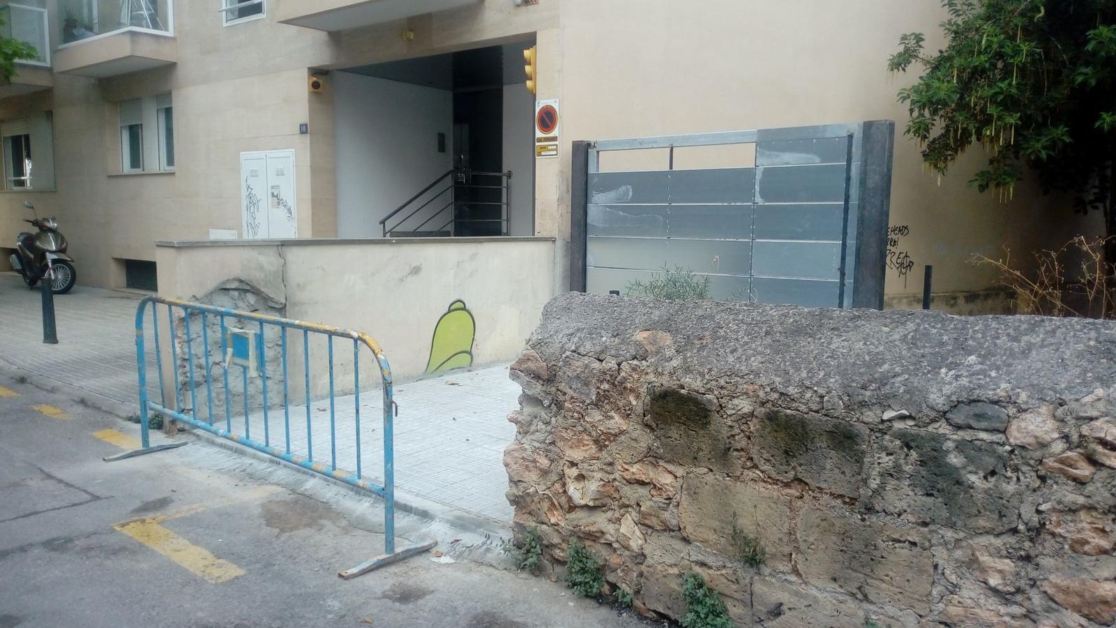 Destrueixen un tram de la paret de l'antic Llatzeret per fer una entrada de pàrquing