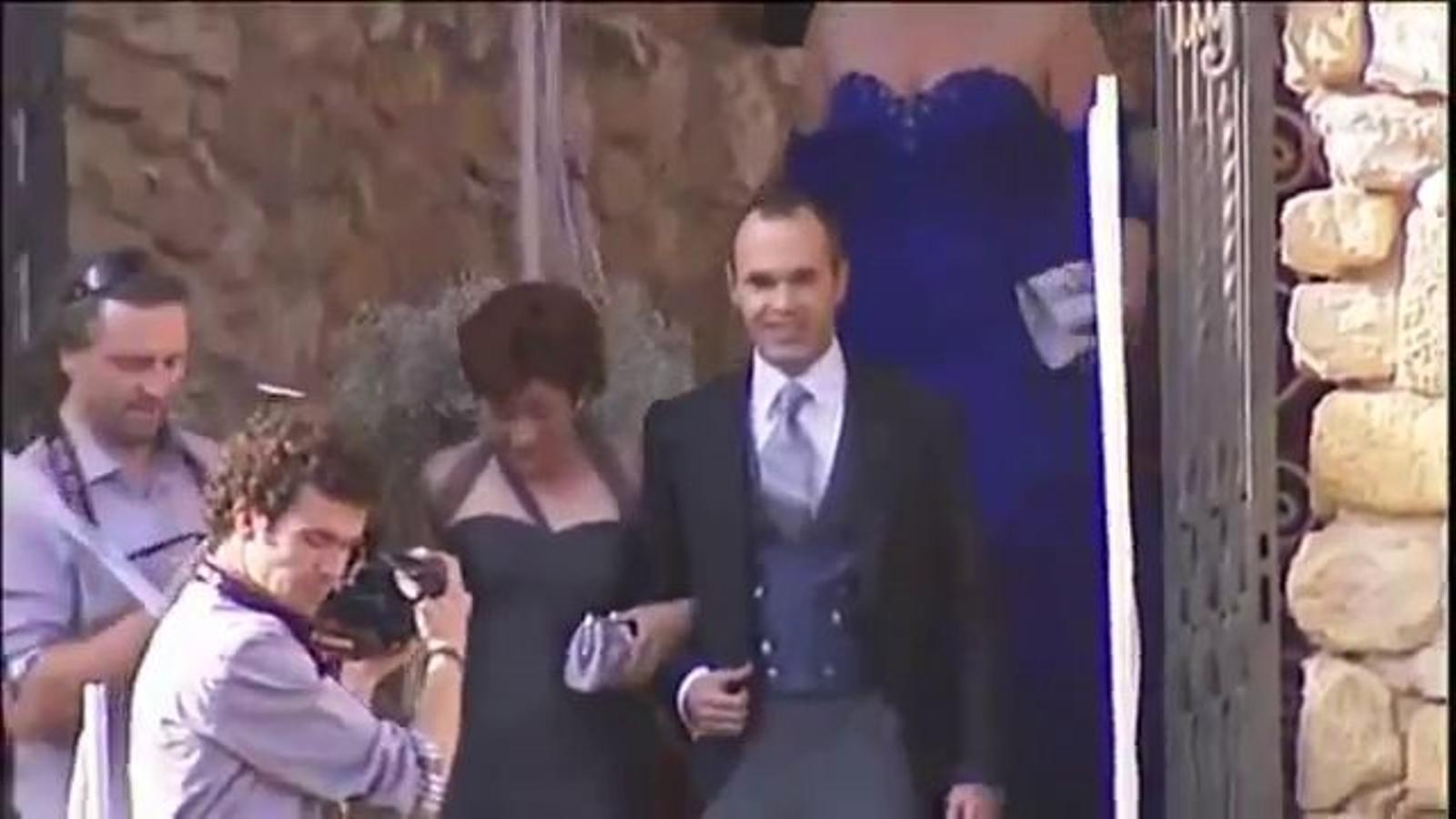 Andrés Iniesta, Anna Ortiz i els jugadors del Barça arriben al castell de Tamarit abans del casament