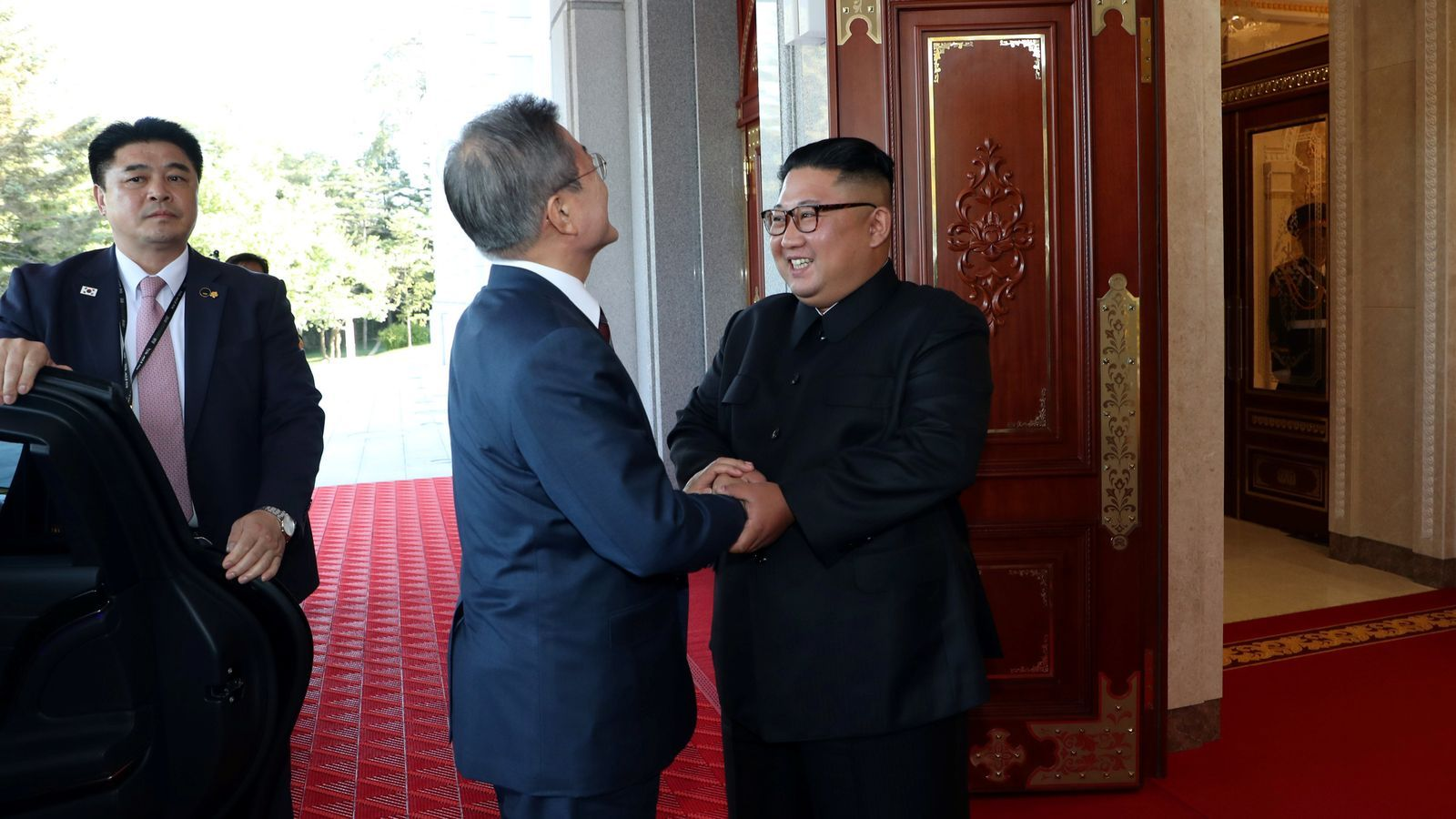Moon Jae-in i Kim Jong-un se saluden abans de començar la cimera de tres dies