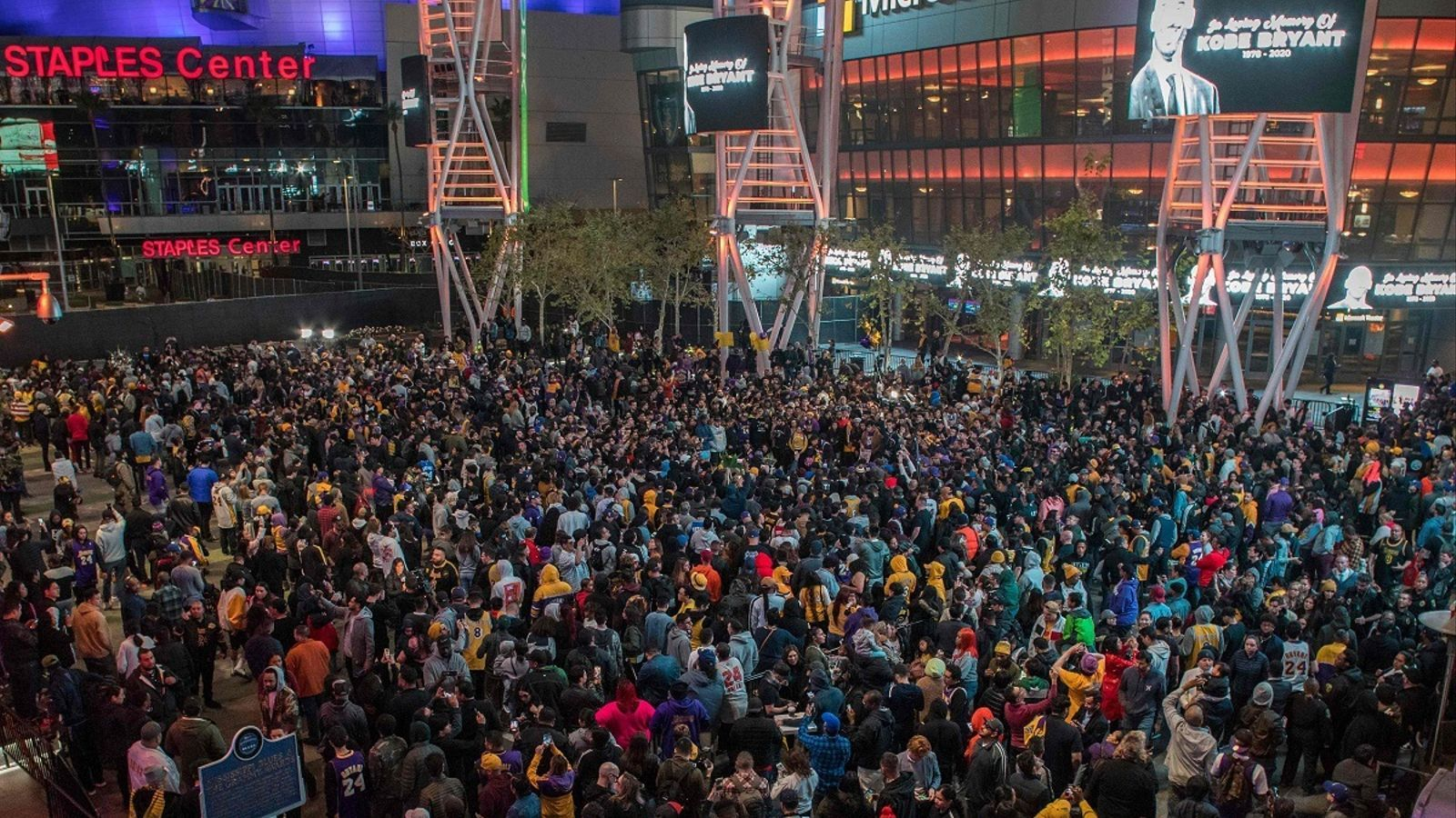 Milers d'aficionats s'han apropat a l'Staples Center per recordar Kobe Bryant