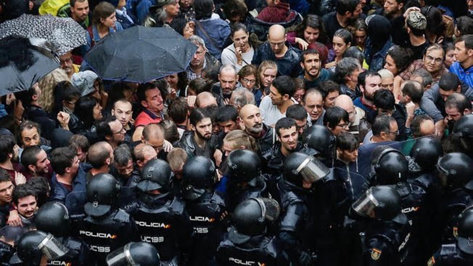 """La policia espanyola justifica l'ús de pilotes de goma l'1-O per l'""""odi extrem"""" dels votants"""