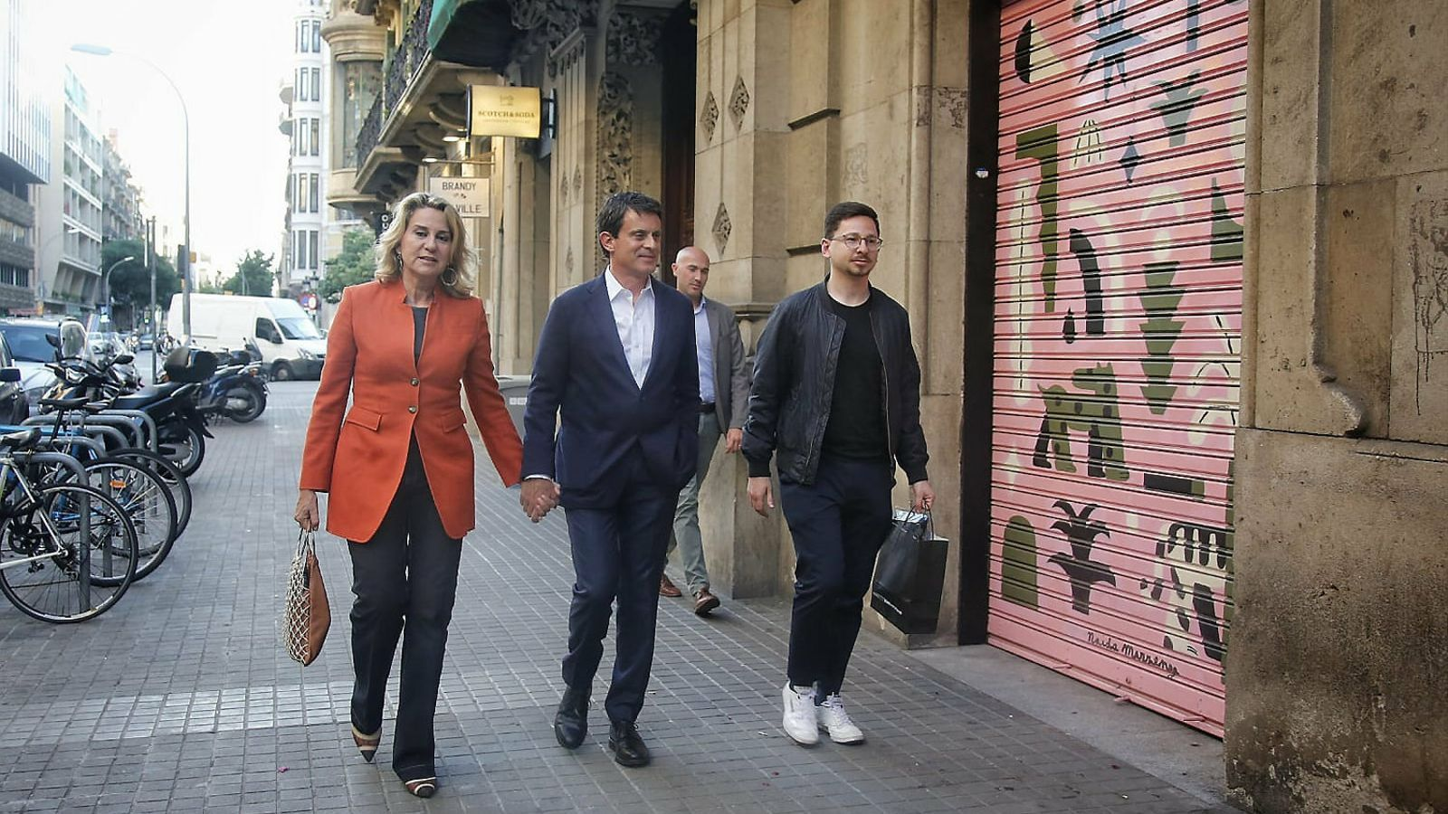 Manuel Valls arriba a la seu electoral.