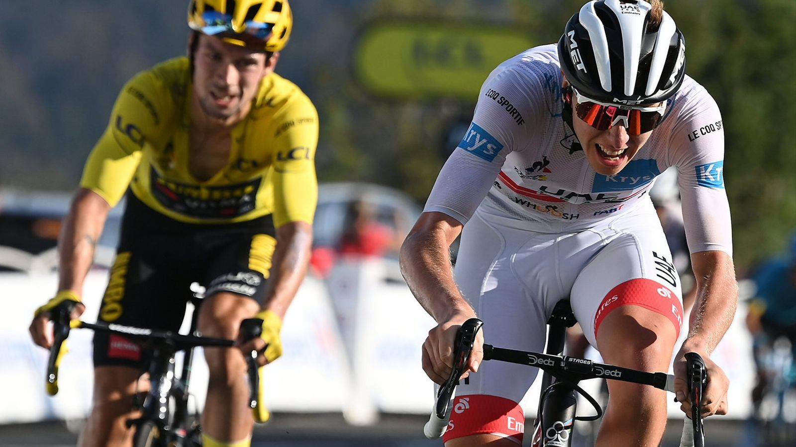 Tadej Pogacar, just per davant de Primoz Roglic, en l'arribada a meta al Grand Colombier en la quinzena etapa.