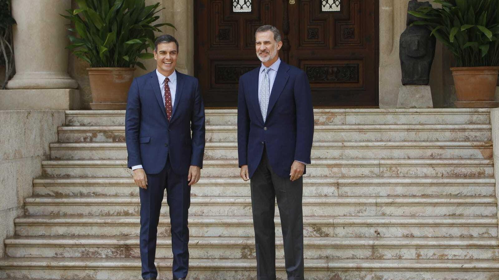 Pedro Sánchez i Felip VI abans de reunir-se en el Palau de Marivent.