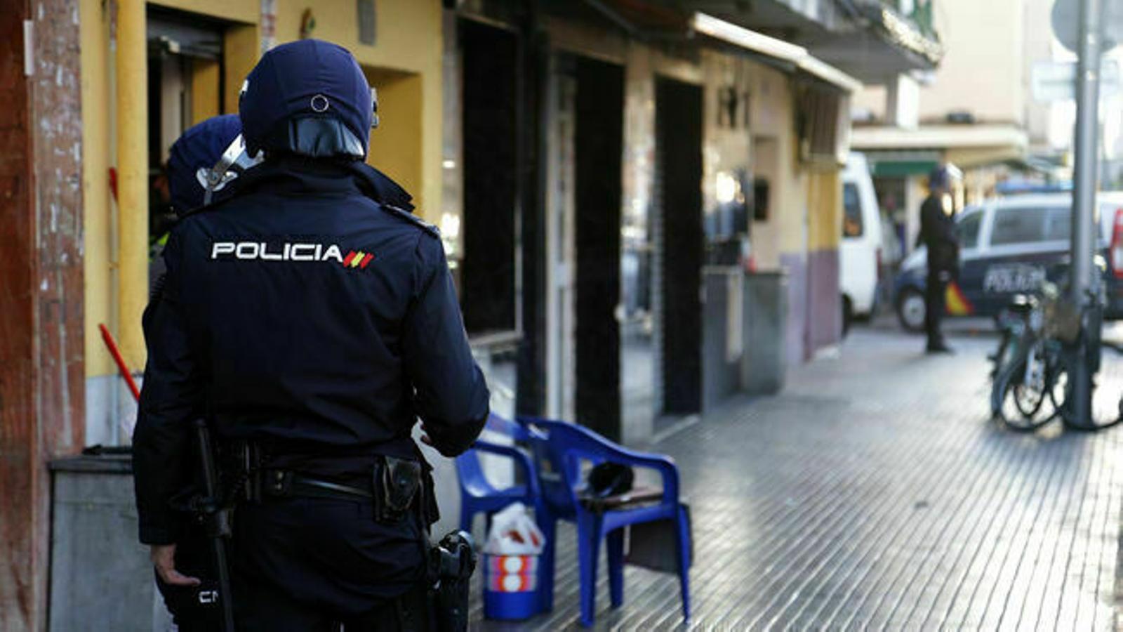 Dos agents de la Policia Nacional. / ARA BALEARS