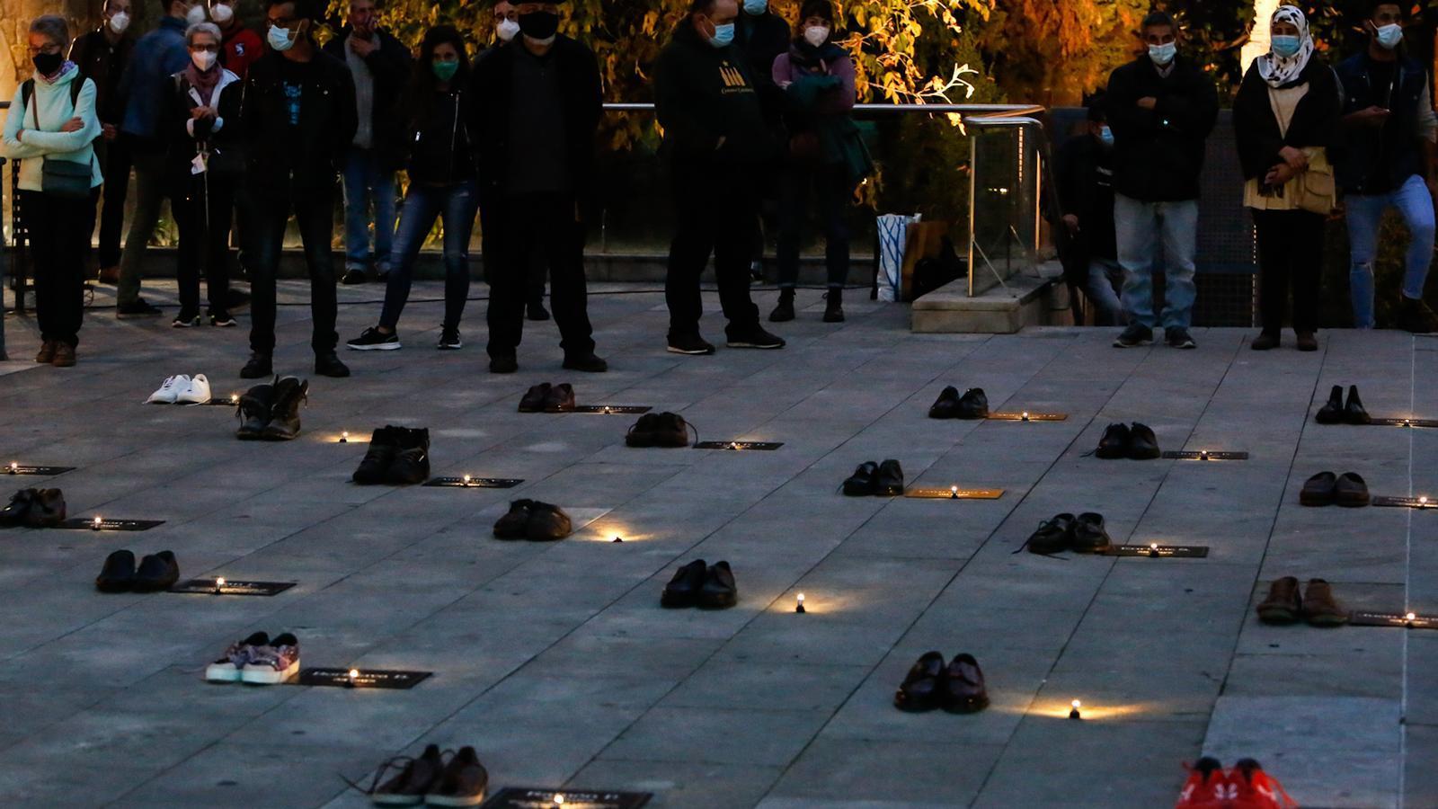 Assistents a l'acte en record de les 70 persones sensesostre mortes l'últim any a Barcelona