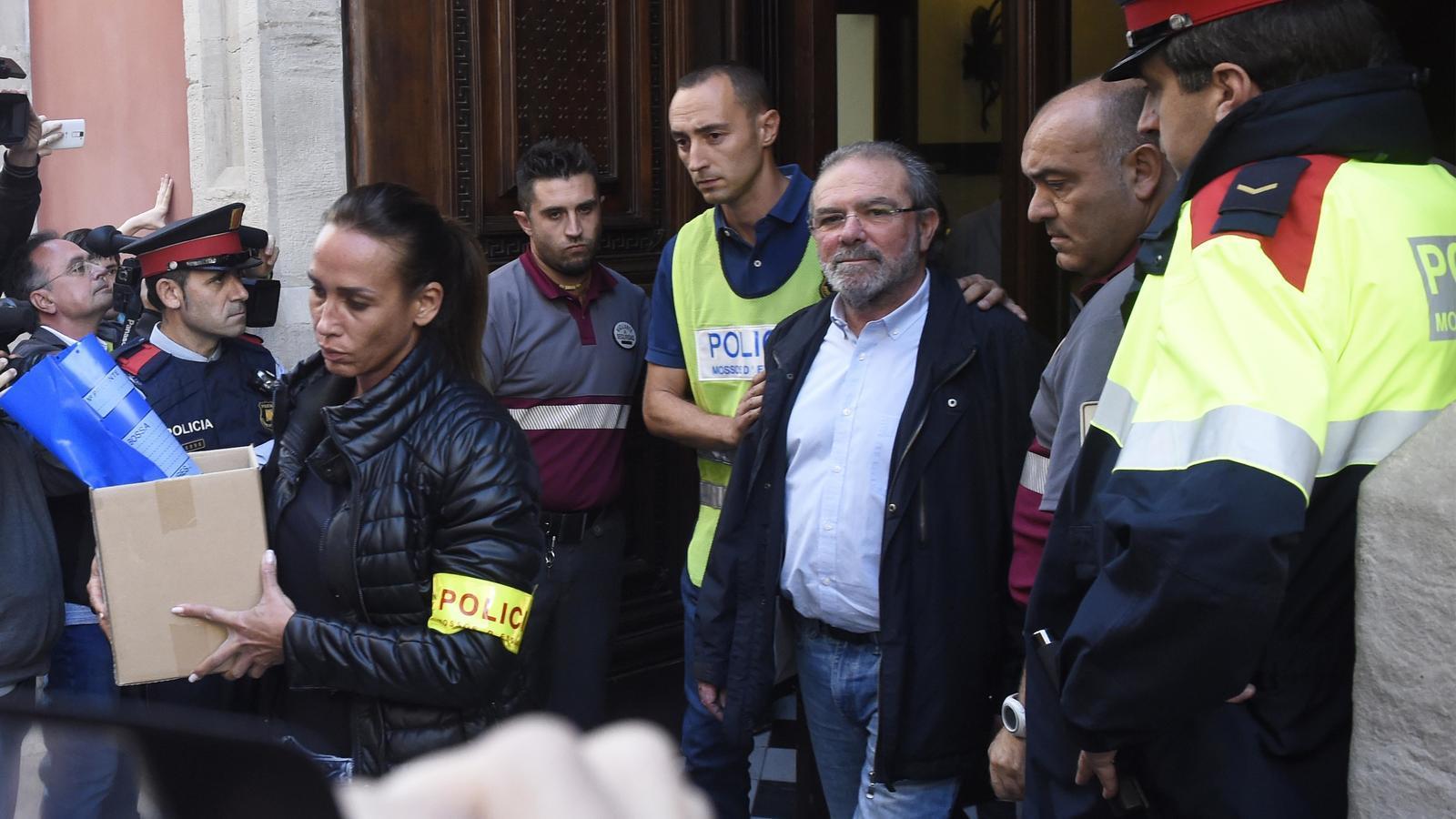 Joan Reñé sortint del Palau de la Diputació de Lleida acompanyat d'agents de la policia