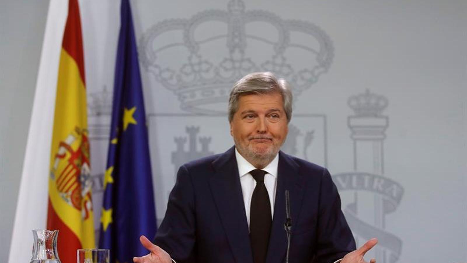 Méndez de Vigo respon als periodistes en la roda de premsa posterior al Consell de Ministres.
