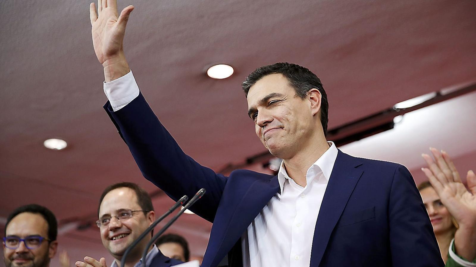 El cap de llista del PSOE, Pedro Sánchez, saludant ahir els militants aplegats a Ferraz després de conèixer els resultats electorals.