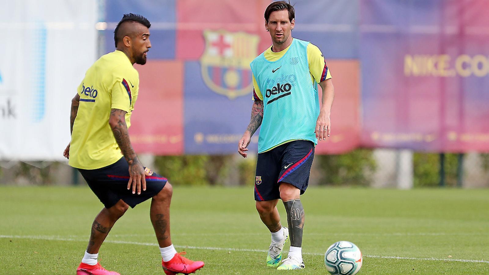 Arturo Vidal i Leo Messi durant un entrenament.