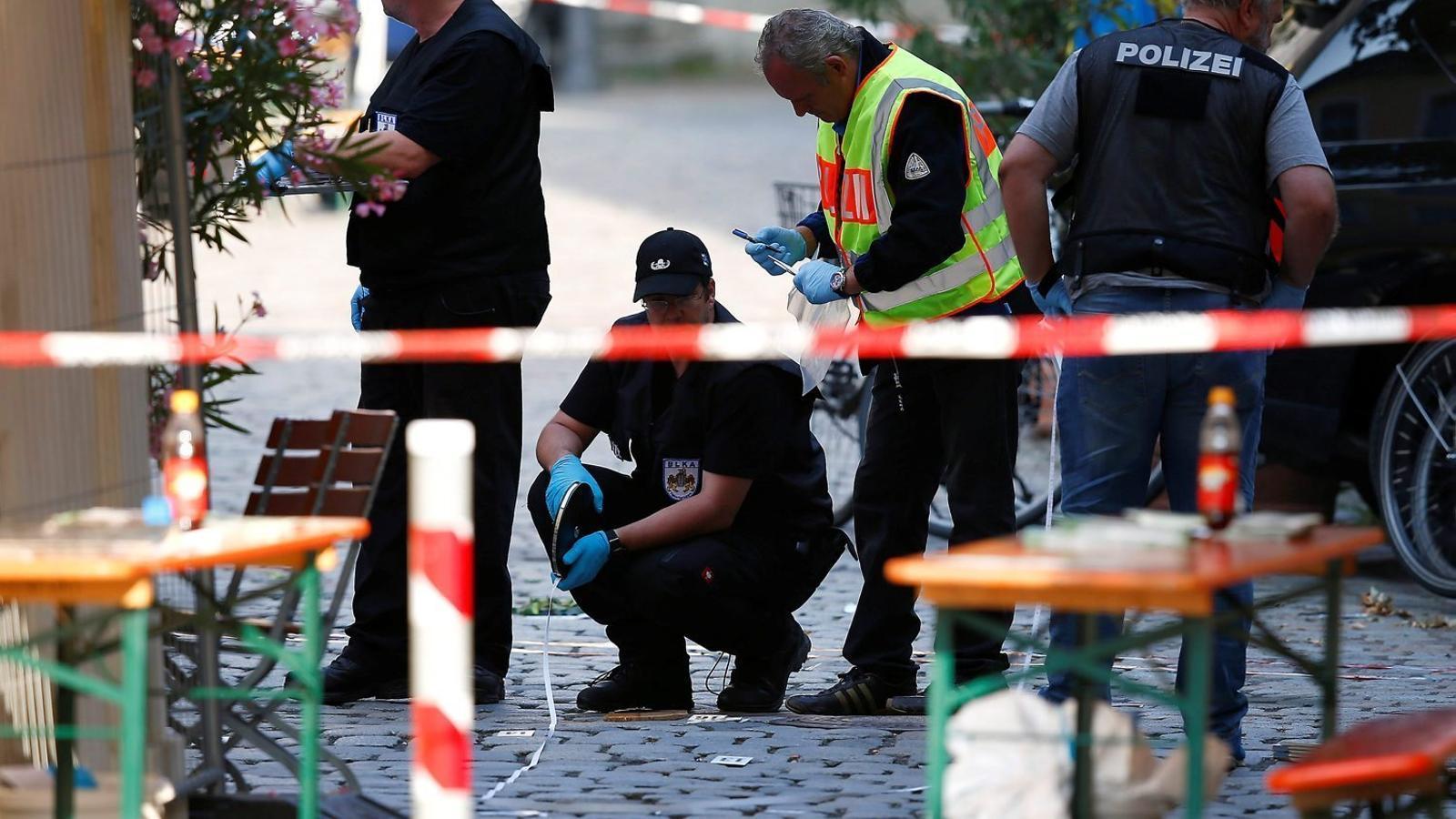 Agents de policia treballant ahir a la ciutat d'Ansbach, al sud d'Alemanya, on un jove sirià va fer detonar una bomba la nit anterior.