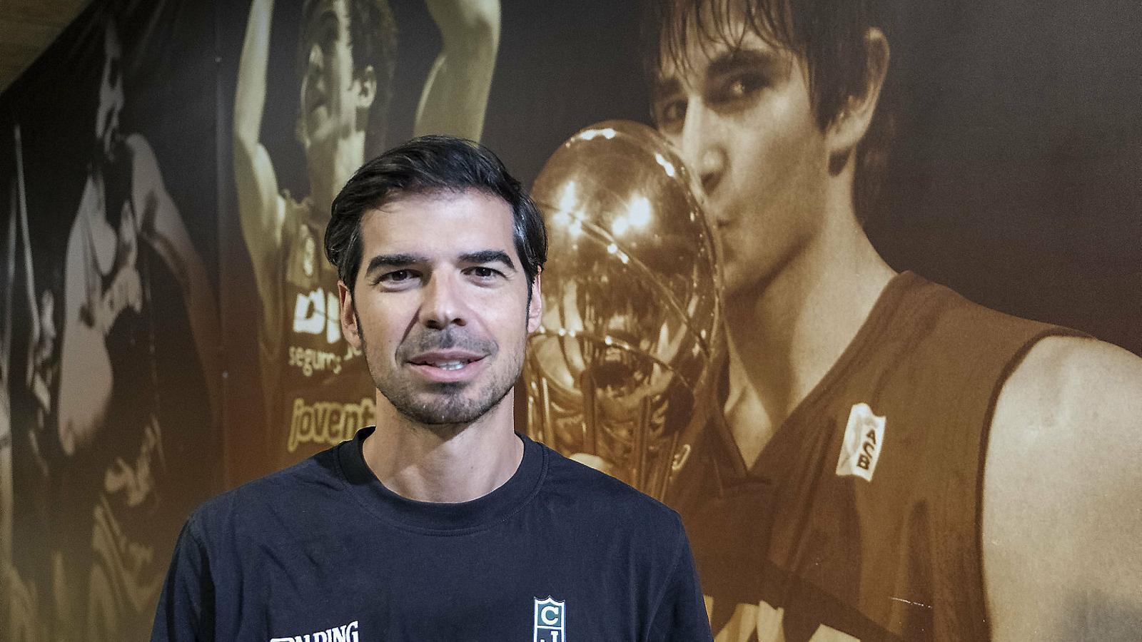 Marc Calderon al costat d'una fotografia de Ricky Rubio.
