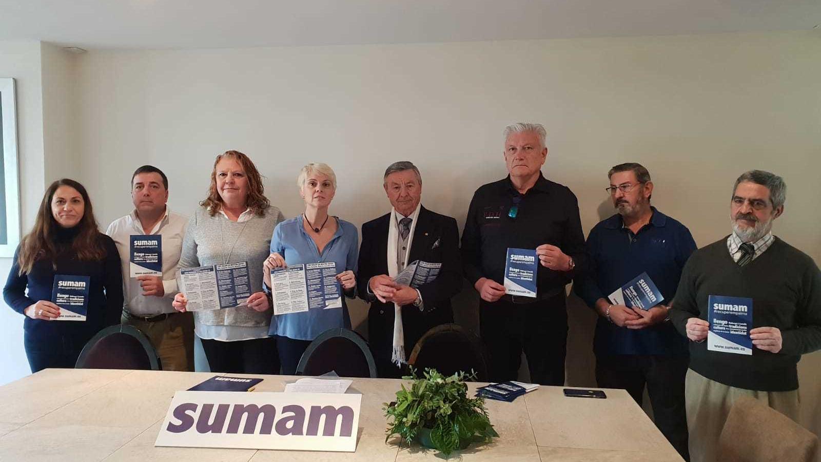 Els membres del nou partit municipalista SUMAM amb Aina Maria Aguiló com a cap de llista