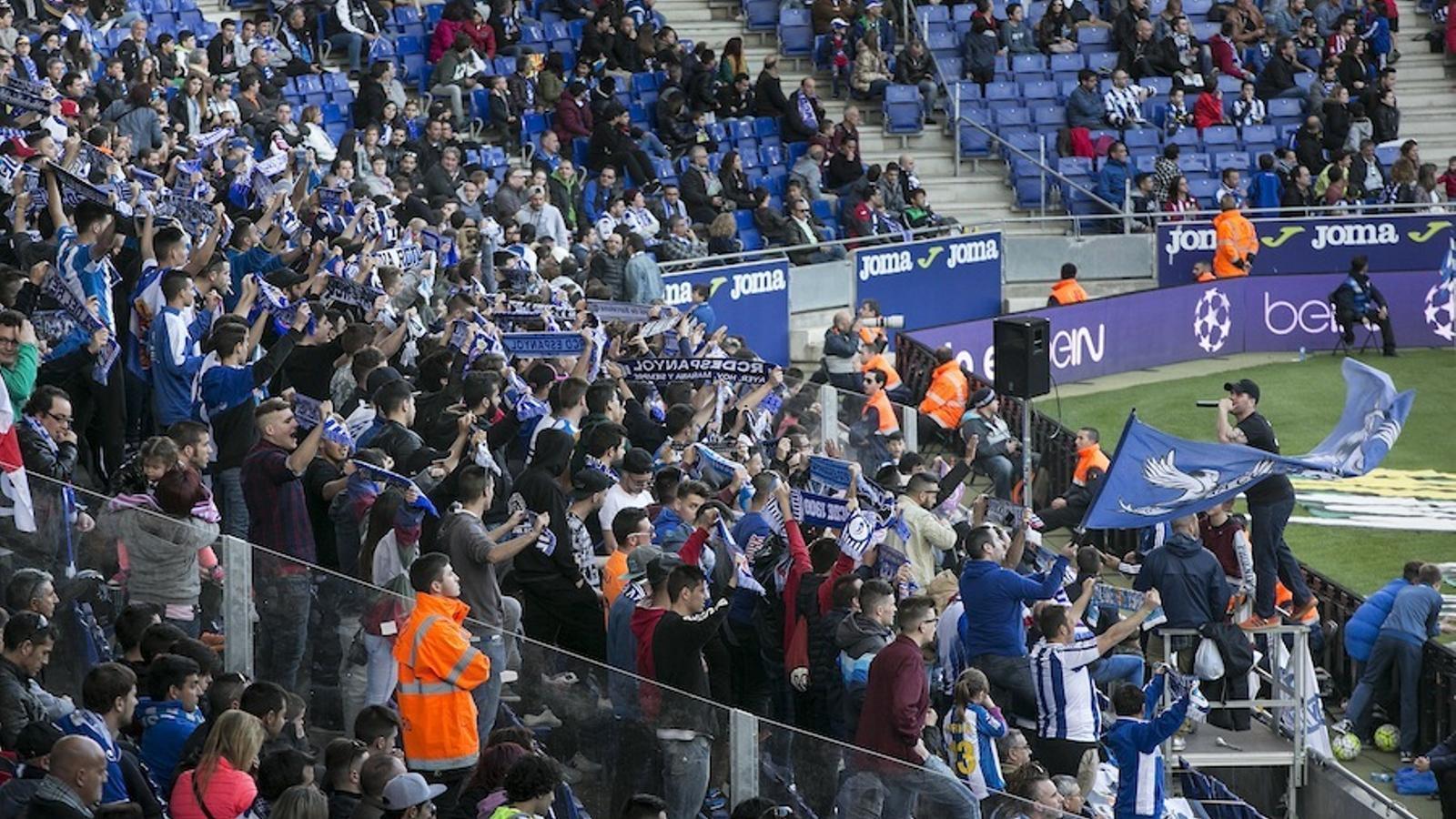 La Curva RCDE ocupa les localitats més cèntriques de la grada inferior del gol Cornellà