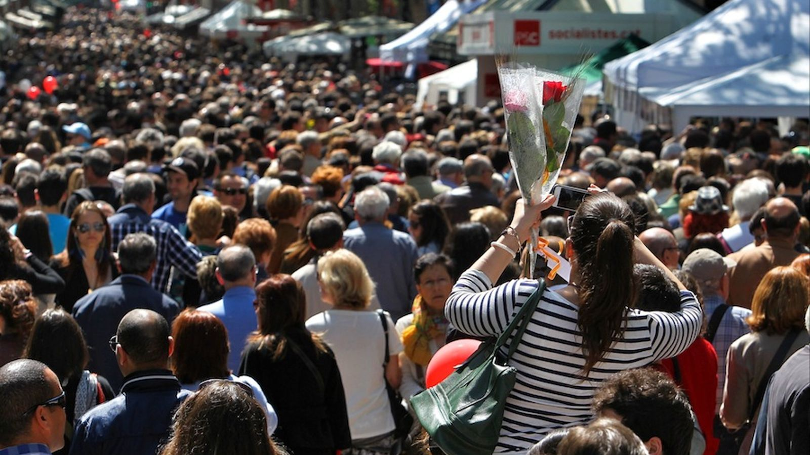 El centre de Barcelona és ple de gom a gom aquest Sant Jordi 2013 / PERE VIRGILI