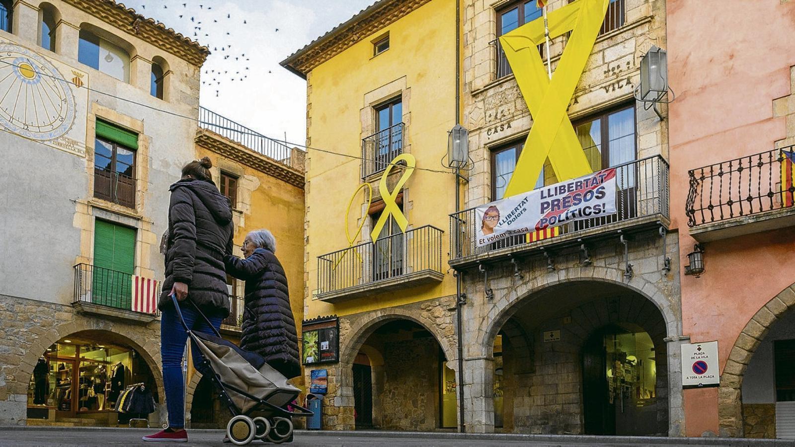 01.El llaç groc a la l'Ajuntament de Torroella de Montgrí.  02. La font del passeig de Gràcia, de color groc.