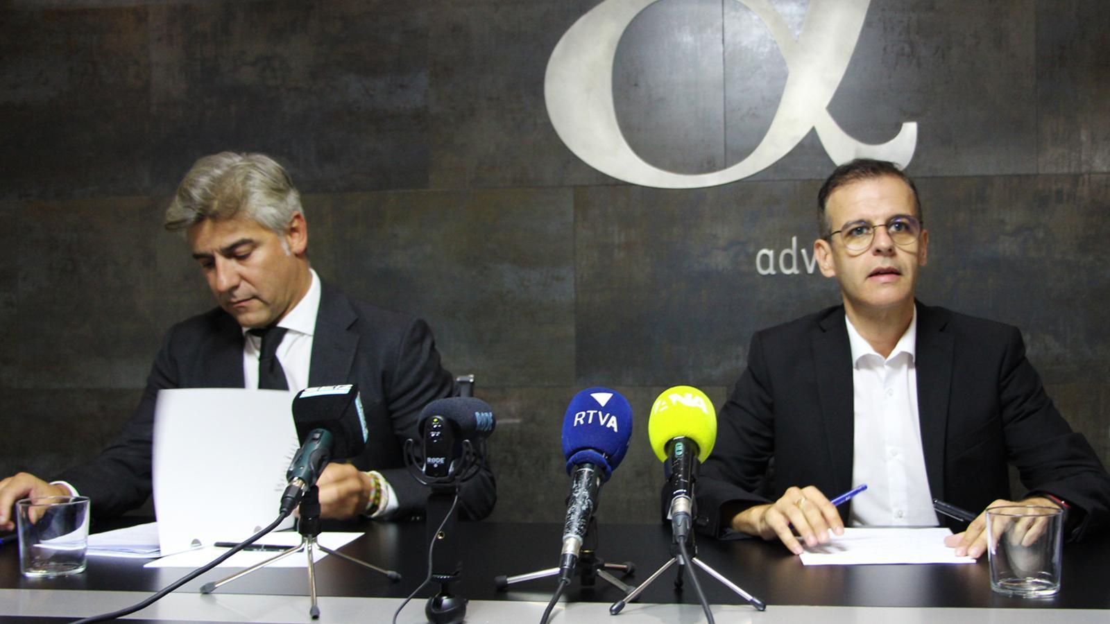 Els advocas defensors en la causa BPA Josep A. Silvestre (dreta) i Antoni Riestra (esquerra) en la roda de premsa on s'ha anunciat la recusació d'Alfons Alberca. / T. N.