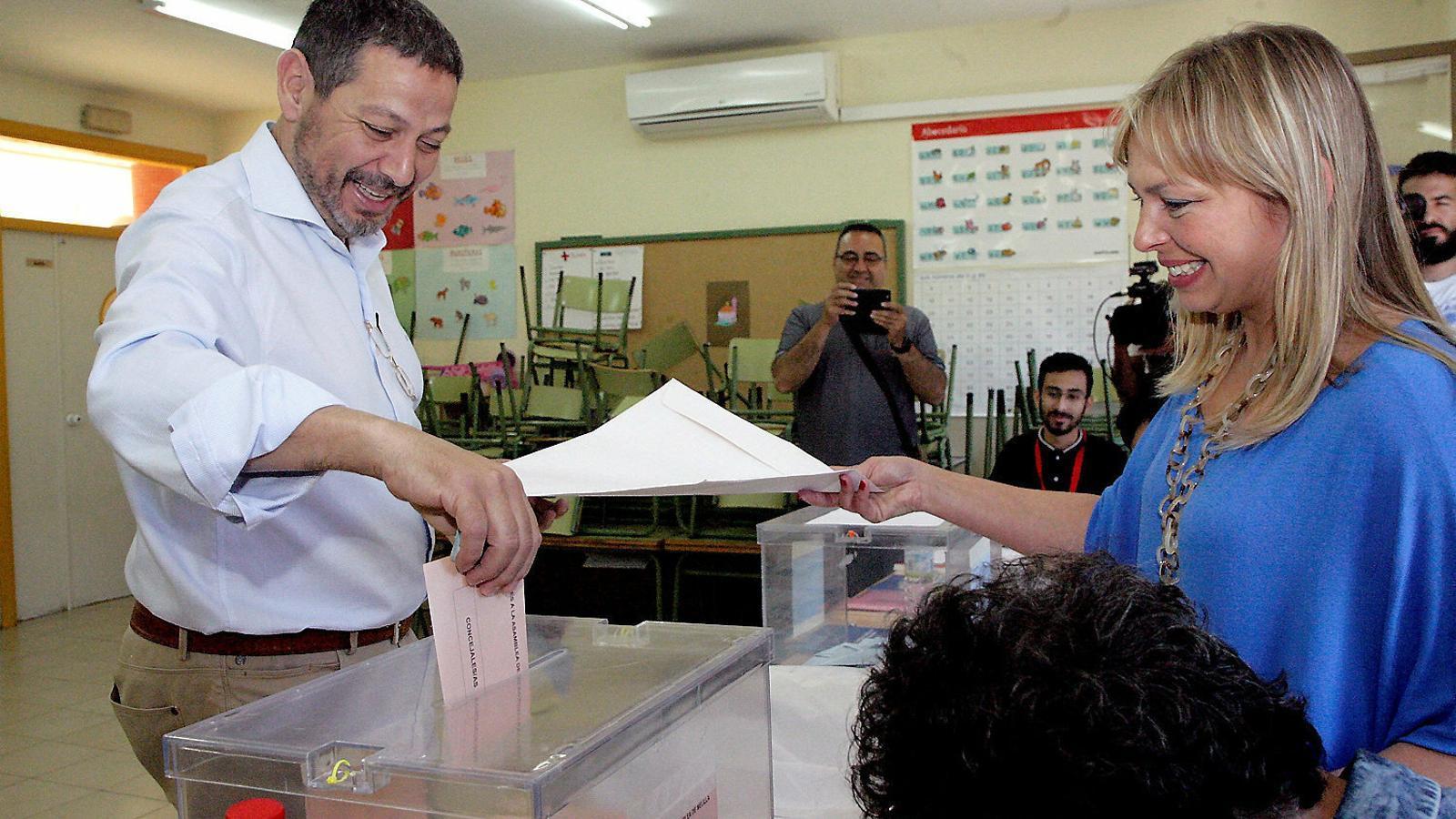 El candidat de Coalició per Melilla a la presidència, Mustafa Aberchán, votant a les últimes municipals.