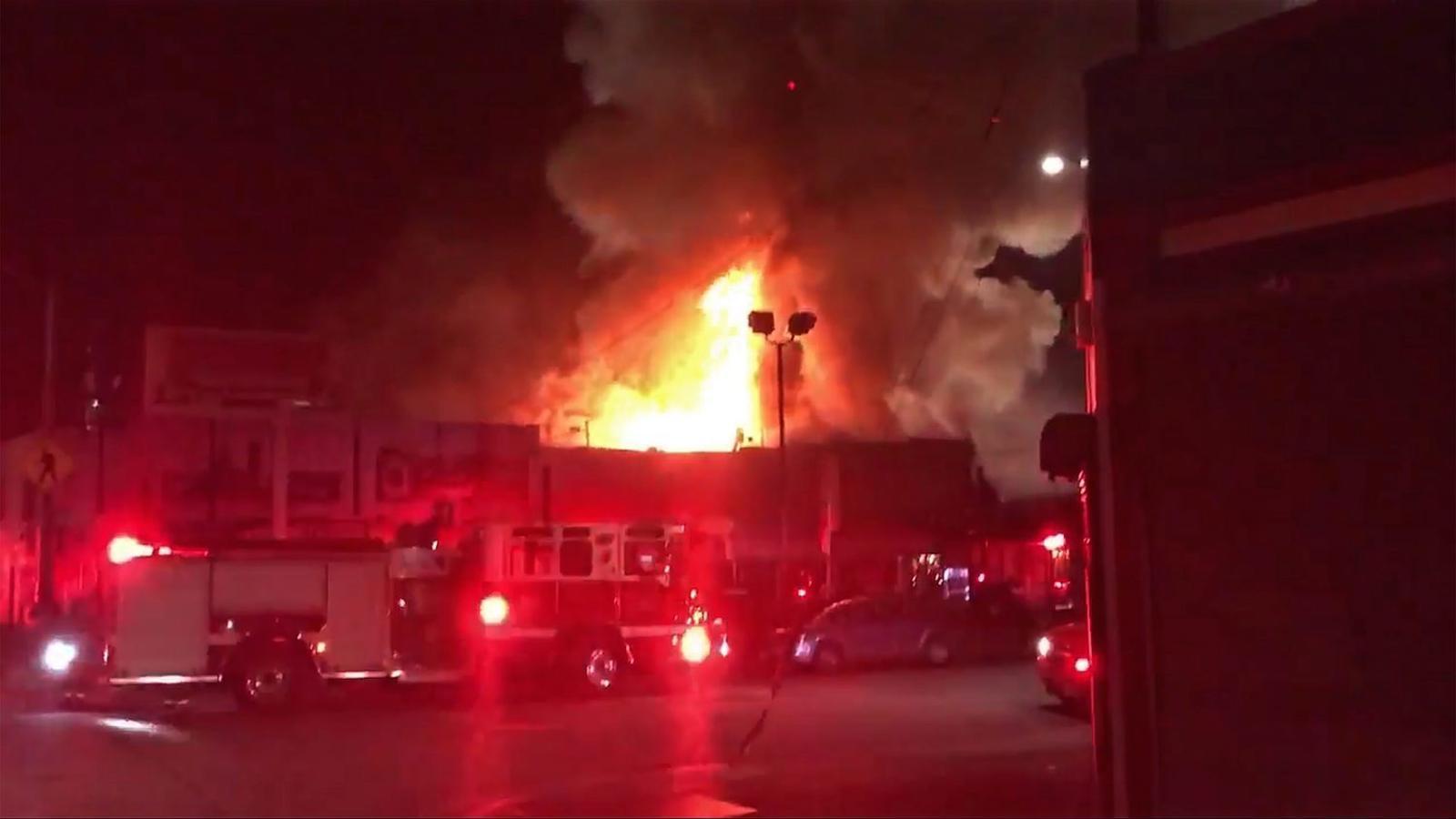 Una imatge del foc, amb els equips d'emergència treballant-hi