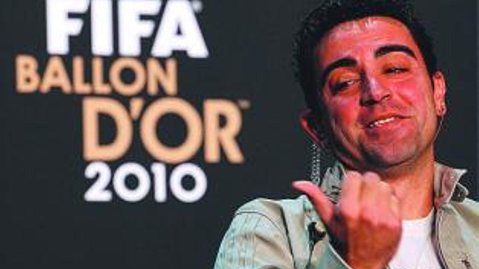 Xavi Hernández somriu durant la roda de premsa prèvia a la gala. / CHRISTIAN HARTMANN / REUTERS