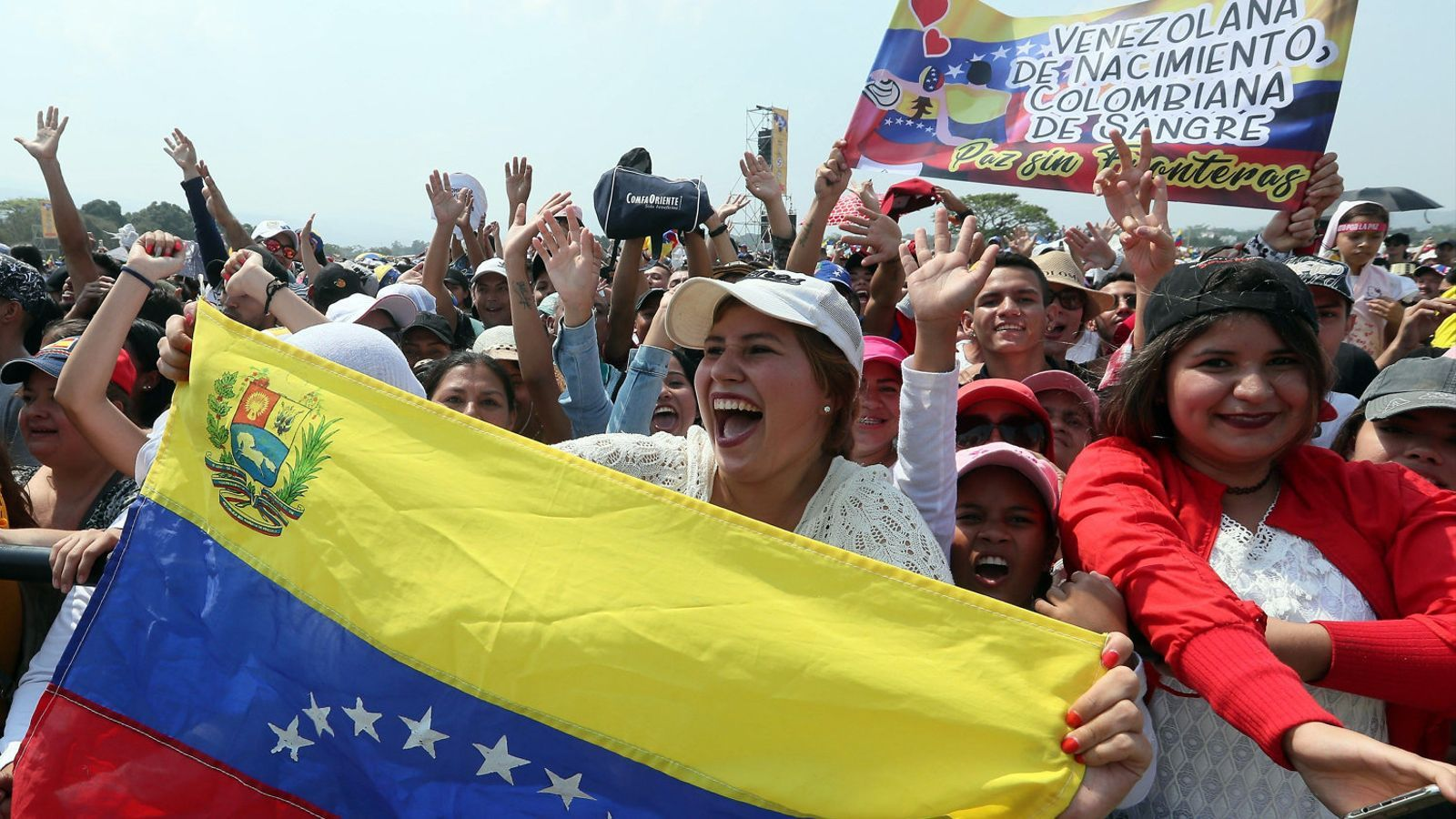 Algunes de les milers de persones que van assistir ahir al concert al costat colombià de la frontera amb Veneçuela.