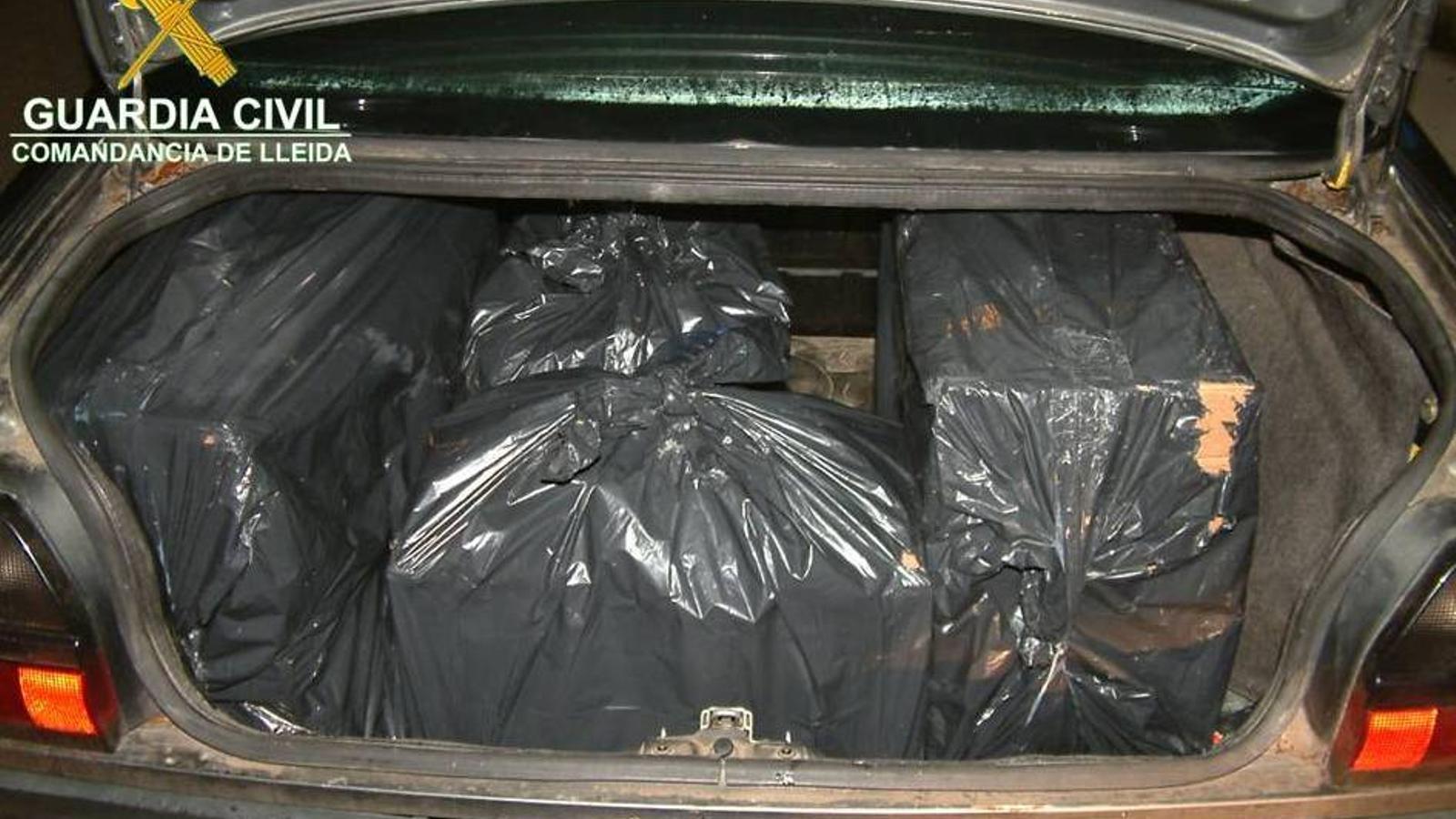 Els paquets de tabac es trobaven en bosses d'escombraries / GUÀRDIA CIVIL