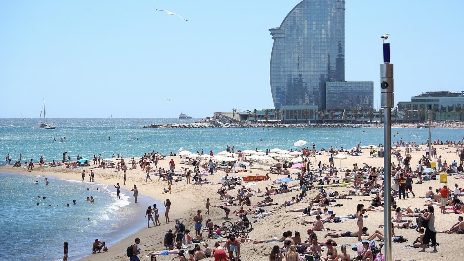Tanquen quatre platges de Barcelona per excés de banyistes