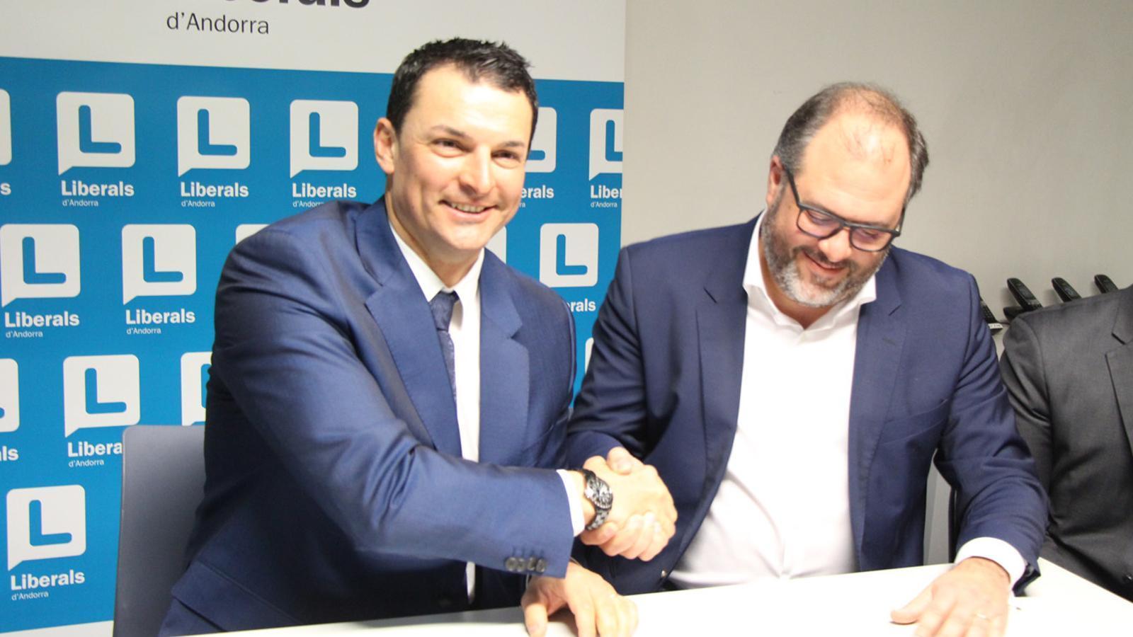 El president de Liberals d'Andorra, Jordi Gallardo, i el vicepresident d'Iniciativa Liberal, Alexandre Krauss, aquest dimarts al vespre. / E. J. M.