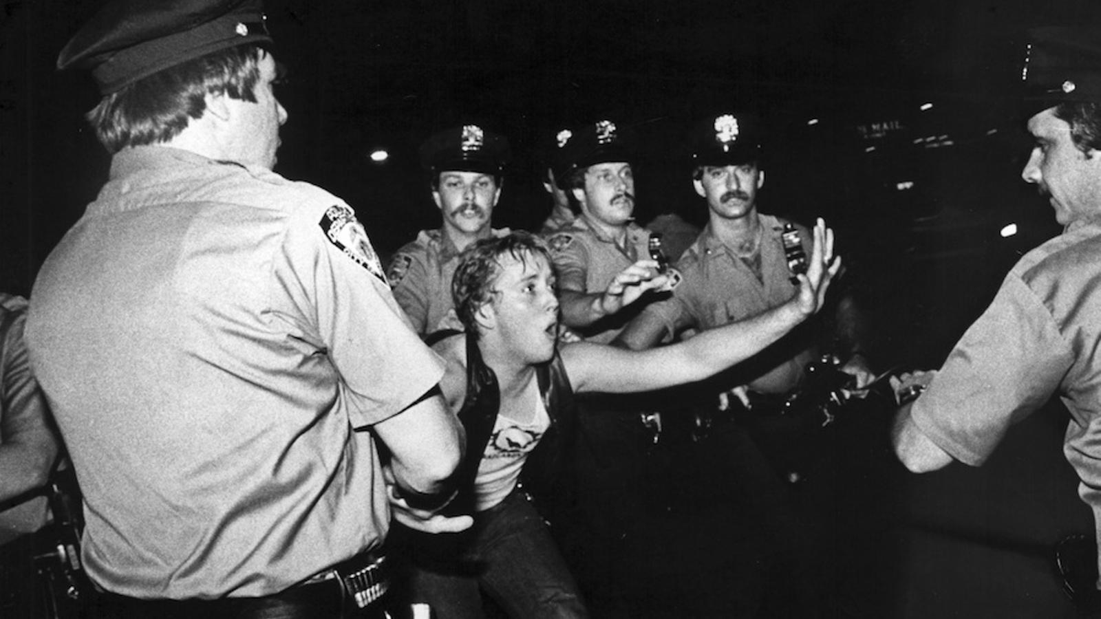 La batuda a l'Stonewall Inn va derivar en aldarulls que es van repetir durant diverses nits als carrers del Greenwich Village / 'Stonewall Uprising' / BETTYE LANE
