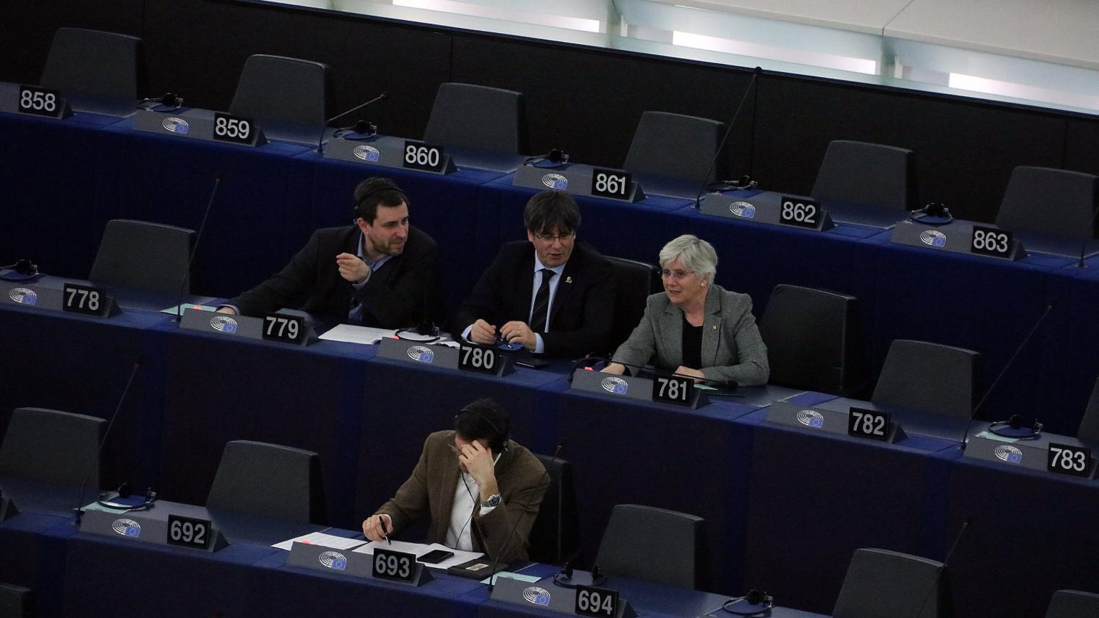 Els eurodiputats de JxCat, Carles Puigdemont, Toni Comín i Clara Ponsatí, durant una sessió plenària al Parlament Europeu.
