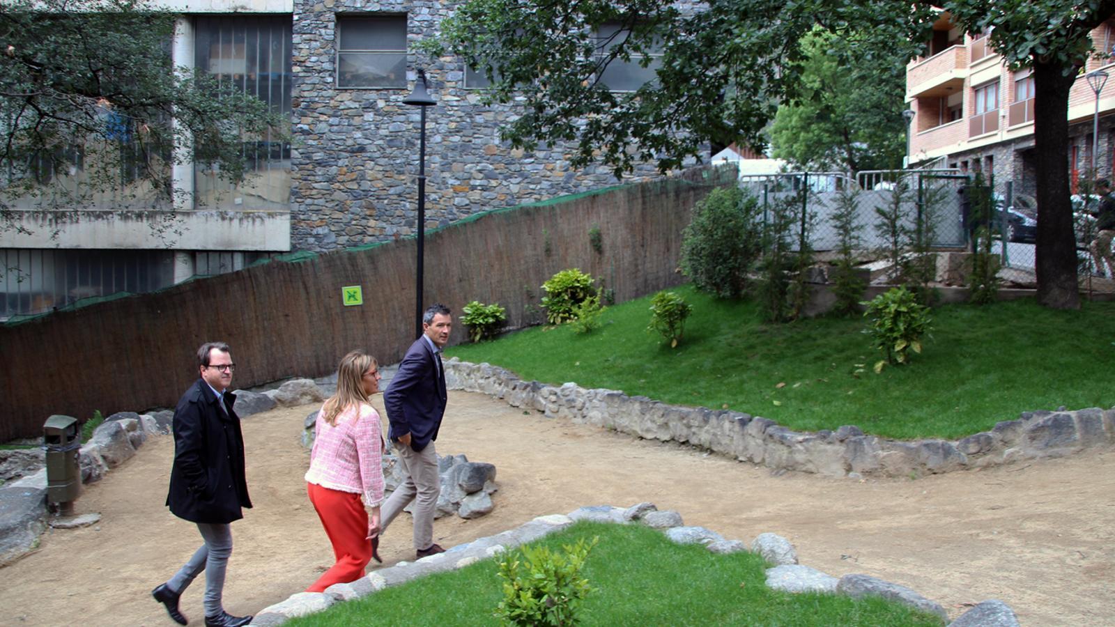 El conseller de barri Josep Antoni Cortés, la consellera de Promoció Turística i Comercial Mònica Codina, i el conseller de Medi Ambient David Astrié visiten el parc. / T. N. (ANA)