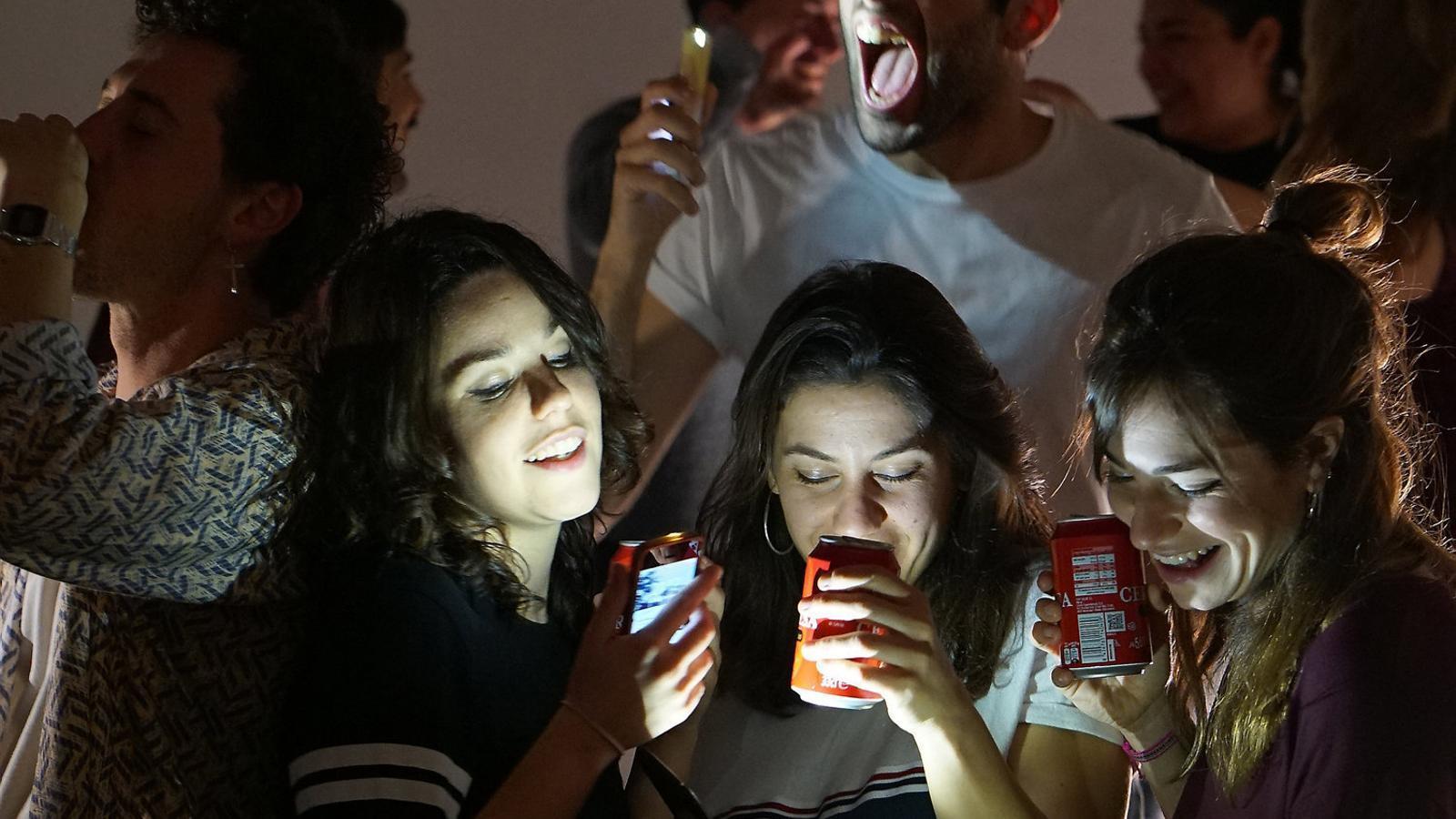 'Hàbitat (doble penetració)' porta al teatre les Stories d'Instagram