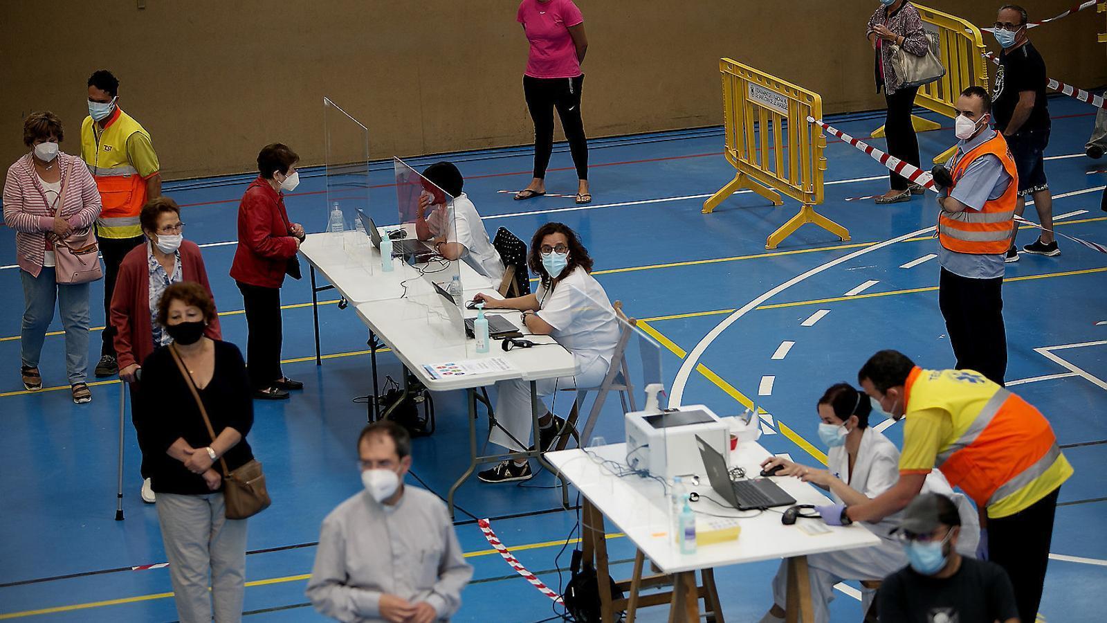 Diverses persones esperant el seu torn per fer-se una prova PCR a Sant Joan de les Abadesses.