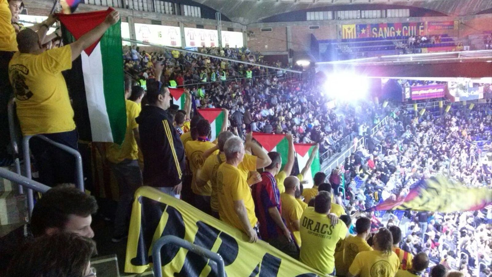 El palau blaugrana rep el maccabi amb banderes palestines for Puerta 0 palau blaugrana