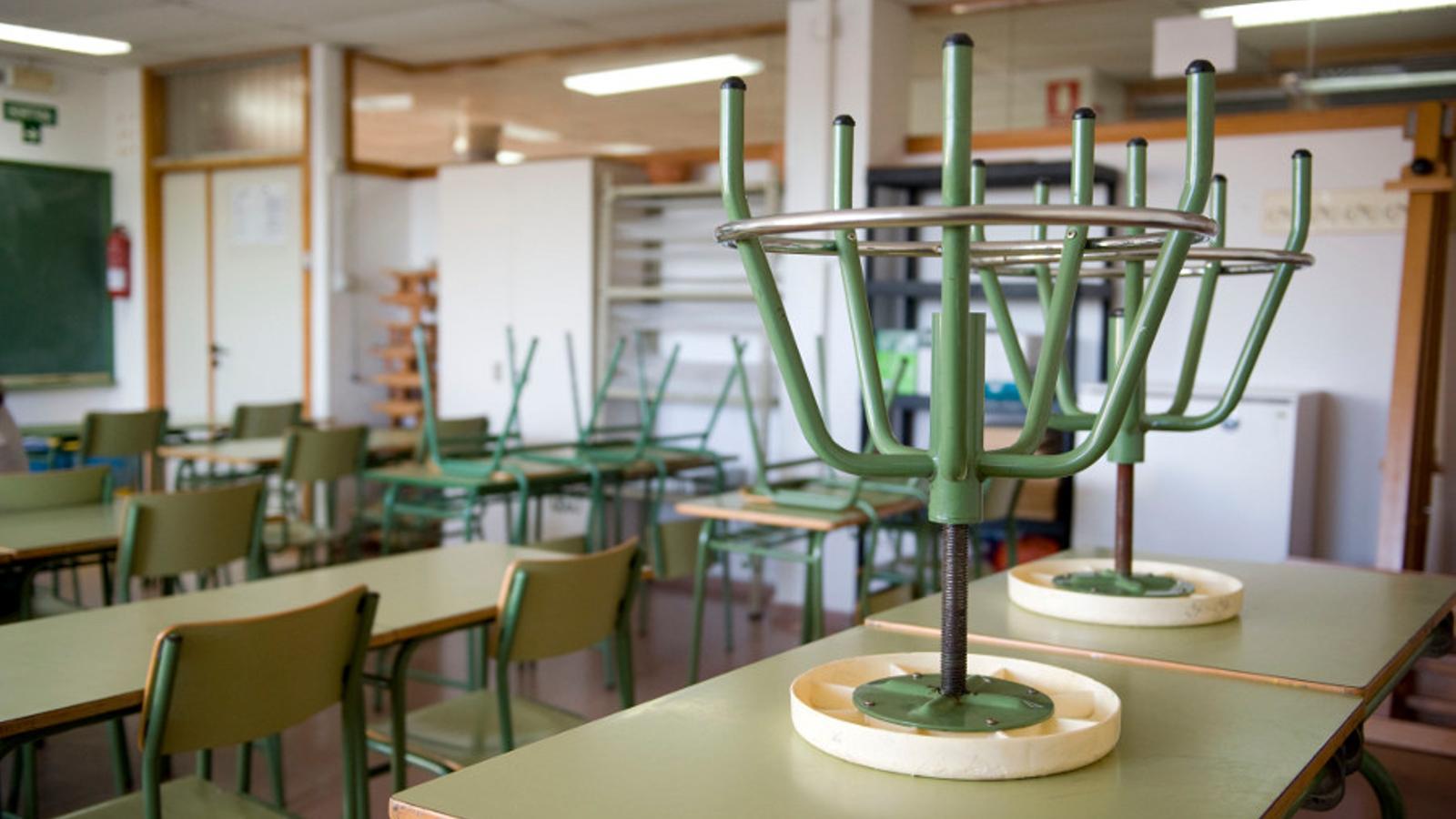 Una aula buida a l'IES Cap de Llevant a causa de la vaga / D. ARQUIMBAU