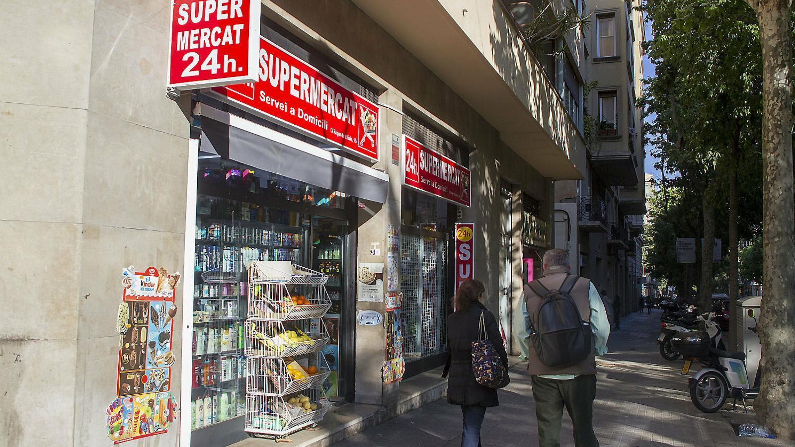 01. La façana d'un dels nombrosos establiments de 24 hores de Barcelona. 02. Els turistes en són clients habituals.