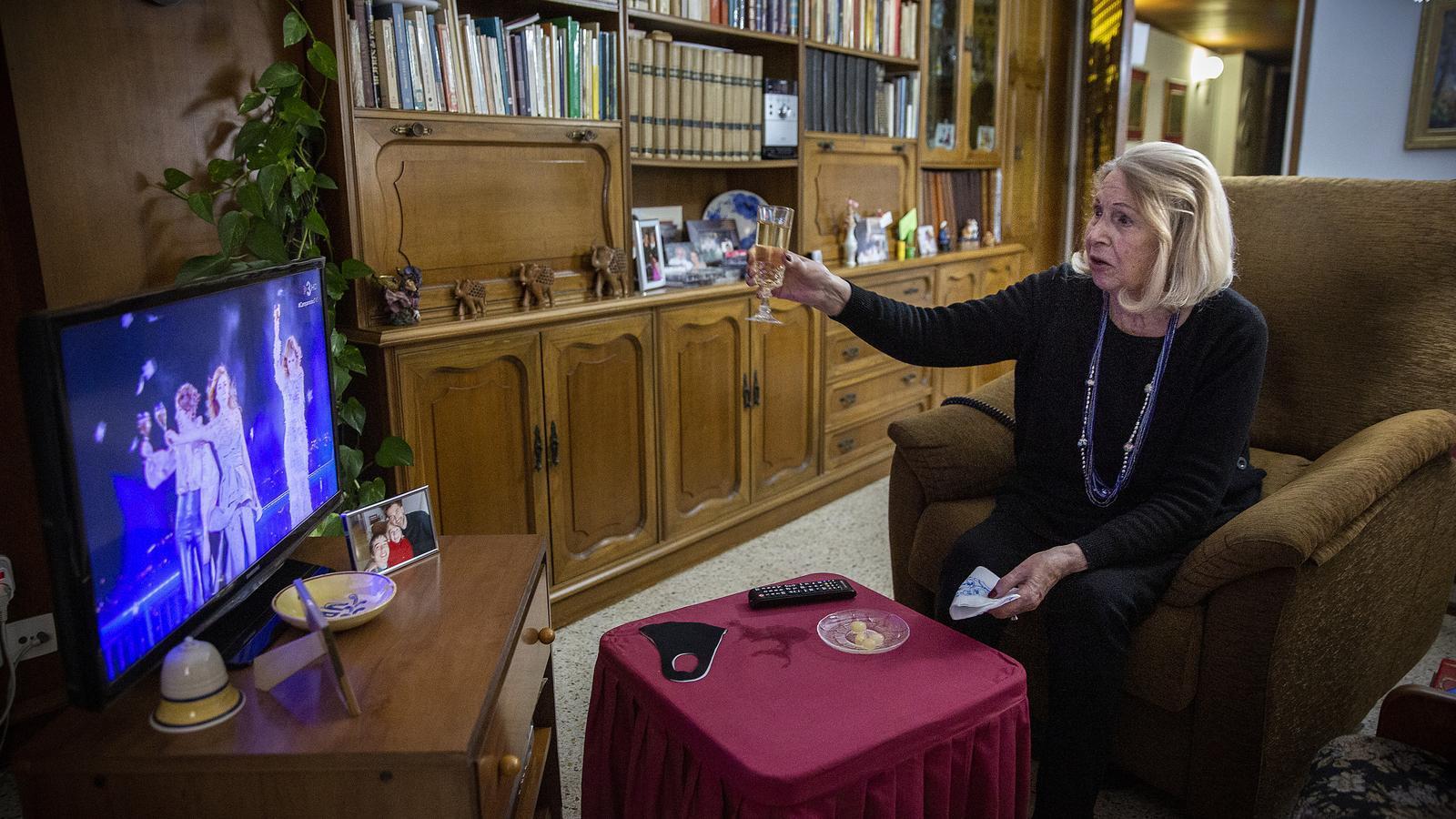 Paquita Soler brinda amb la televisió la nit de Cap d'Any a casa seva