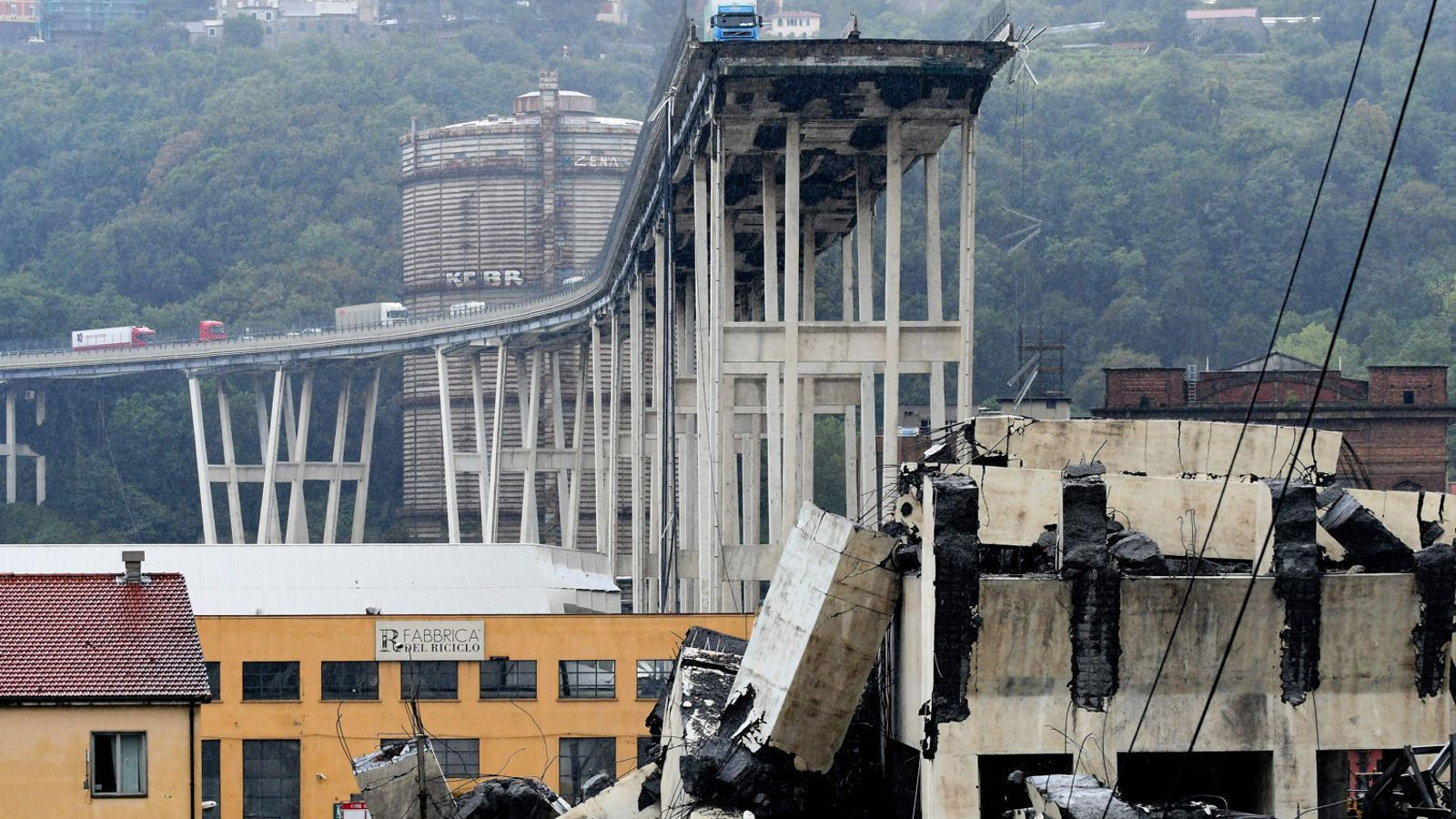 A dalt a l'esquerra, l'estat del viaducte després d'ensorrar-se. A la dreta, les difícils tasques de rescat ahir a Gènova.