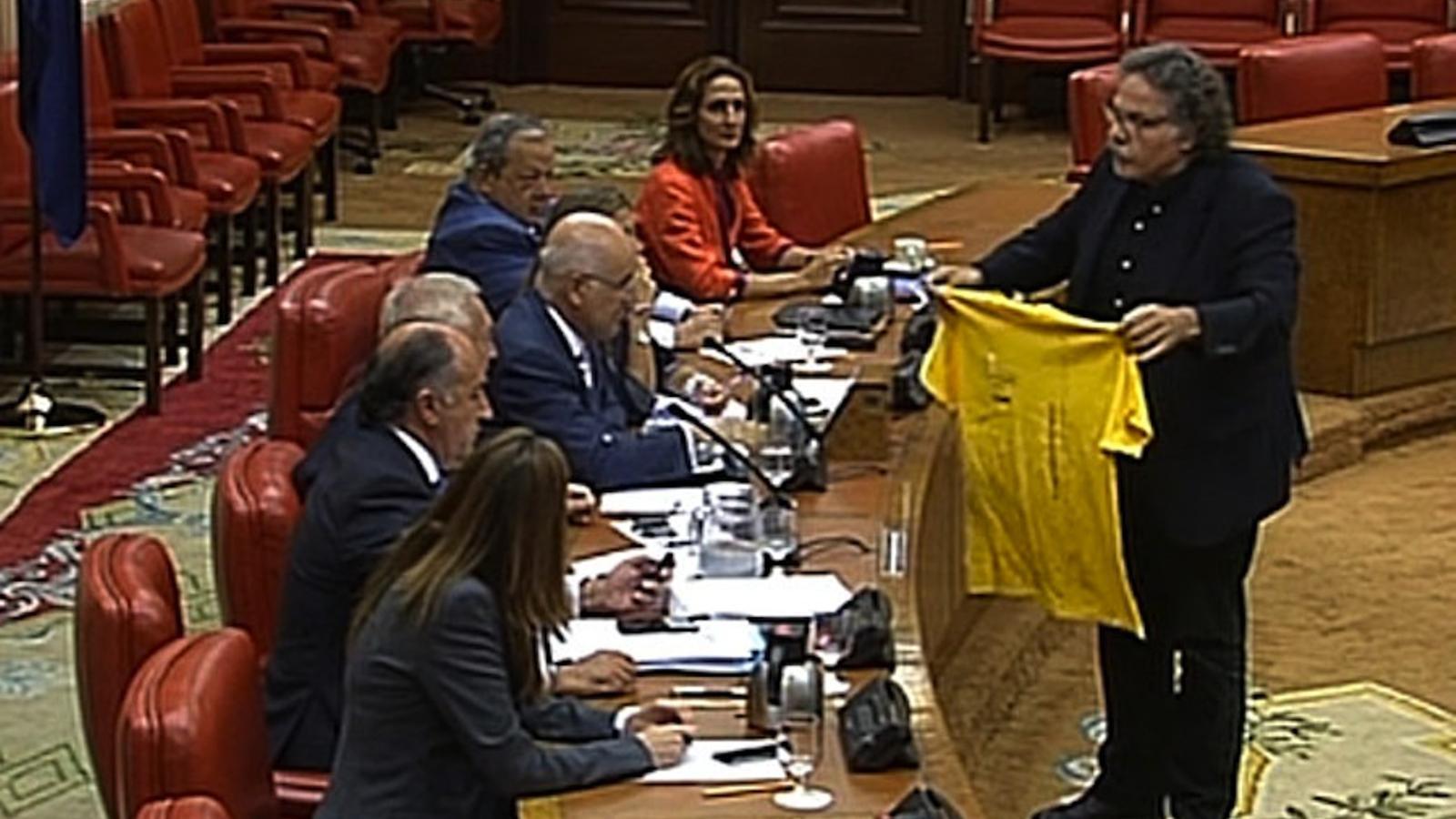 Tardà lliura a Margallo una samarreta de la Via Catalana