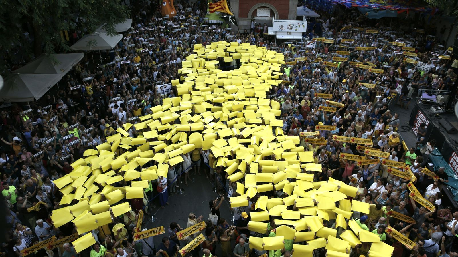 Mosaic d'un llaç groc a la Plaça de la Vila de Gràcia amb motiu dels 10 mesos d'empresonament dels Jordis