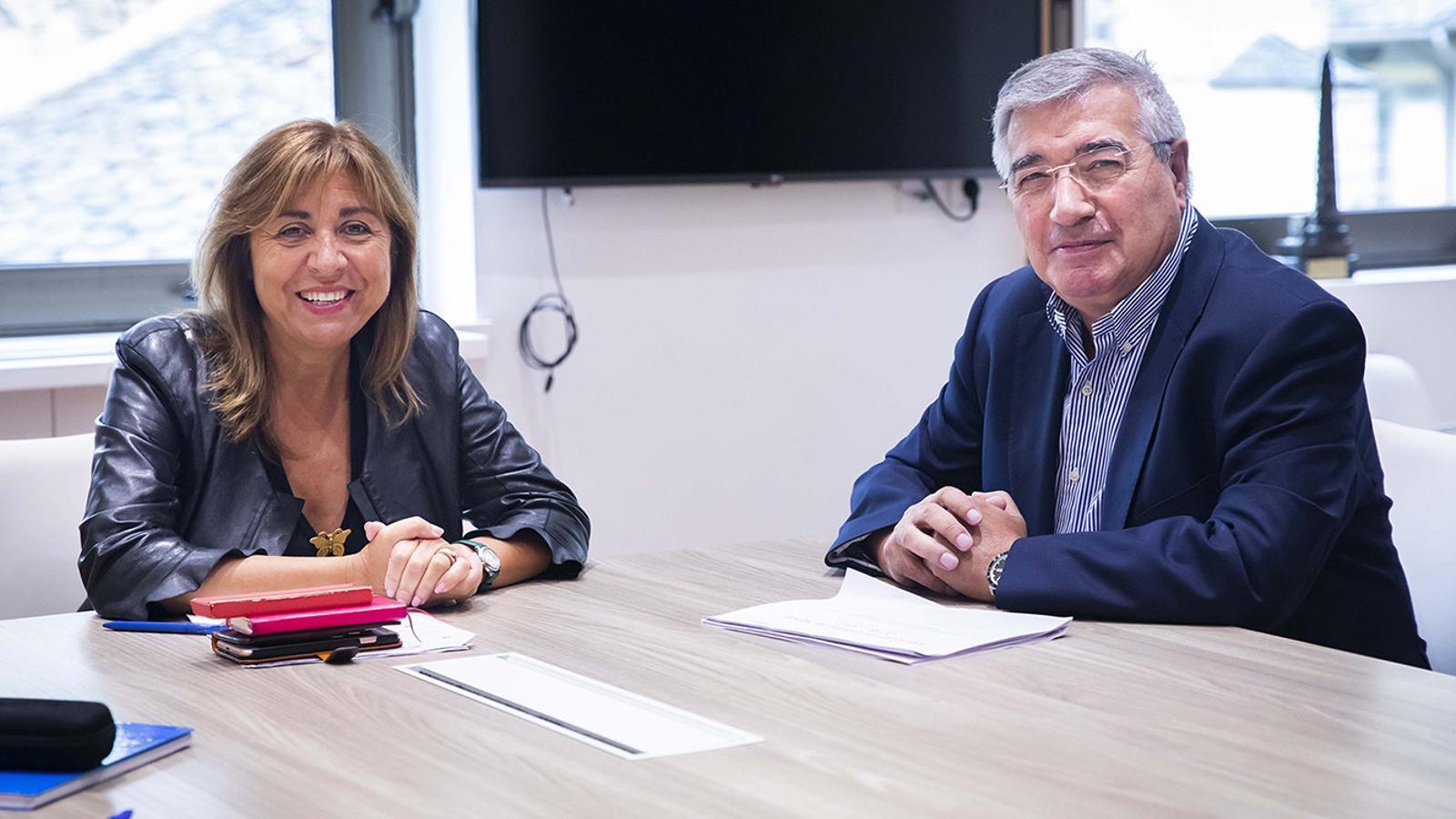 Un moment de la trobada entre la cònsol major d'Andorra la Vella, Conxita Marsol, i el president de la Cooperativa Interurbana, Gabriel Dallerès. / COMÚ D'ANDORRA LA VELLA