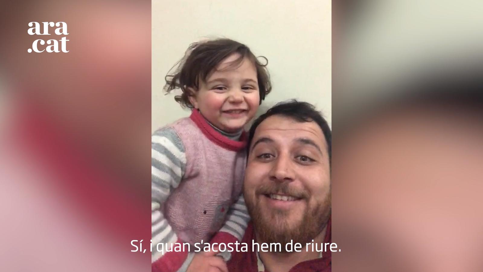 """El pare que fa riure la seva nena de les bombes a Síria: """"Ja no es creu que són petards, però segueix sent el nostre joc"""""""