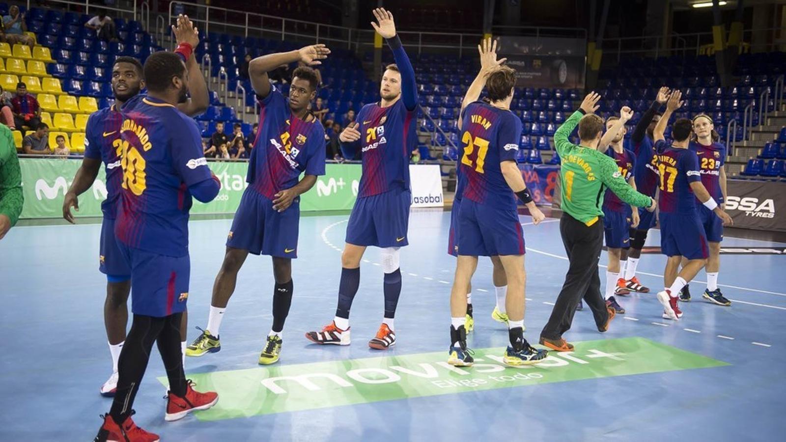Els jugadors del Barça es saluden abans de començar el partit