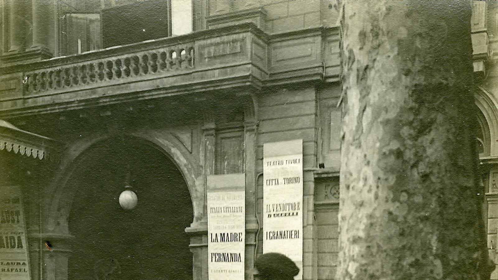 Un enllustrador de sabates a la Rambla, el 1907, en una imatge de Frederic Ballell Maymí que pertany  al fons de l'Arxiu Fotogràfic de Barcelona.