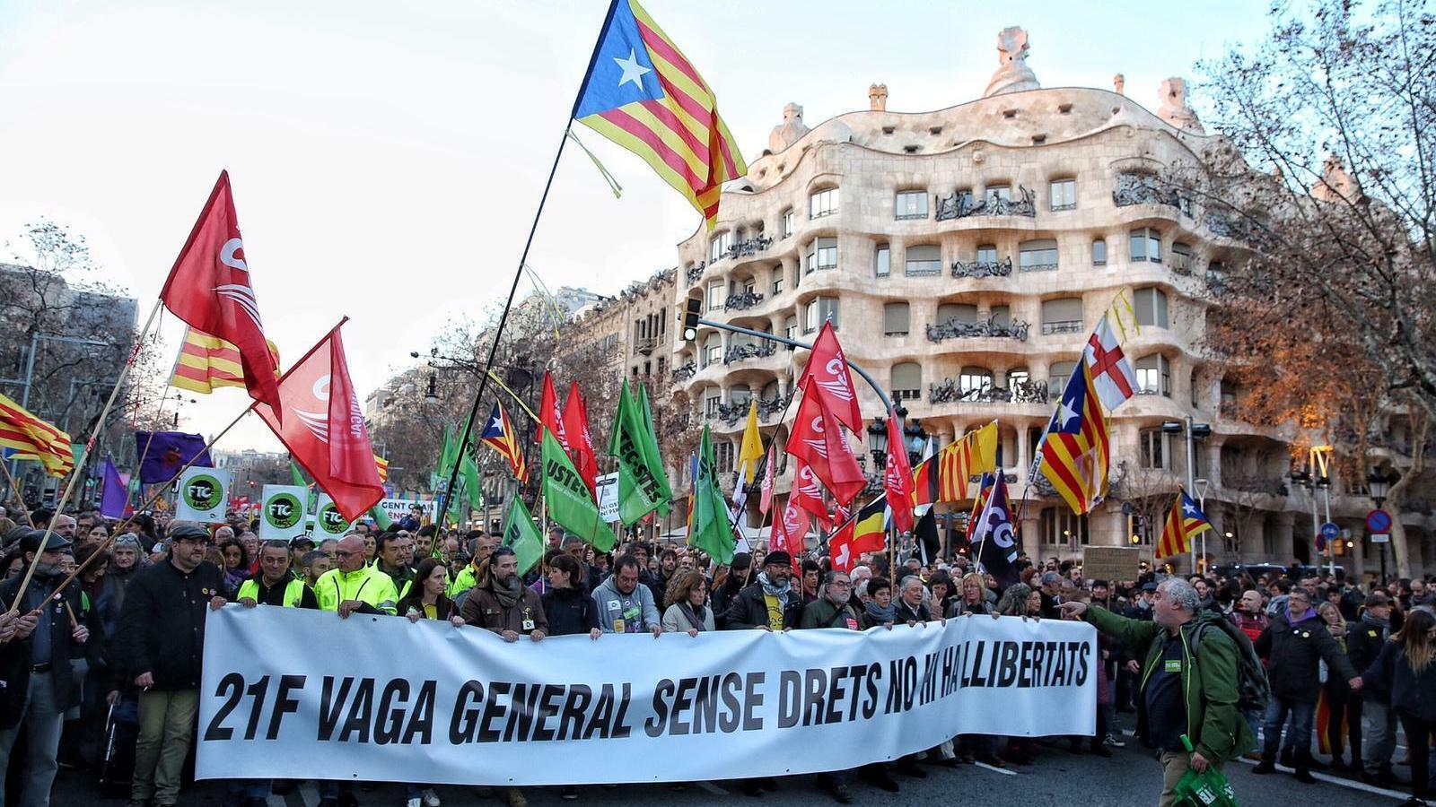 La capçalera de la manifestació, a la cruïlla del passeig de Gràcia i el carrer Provença