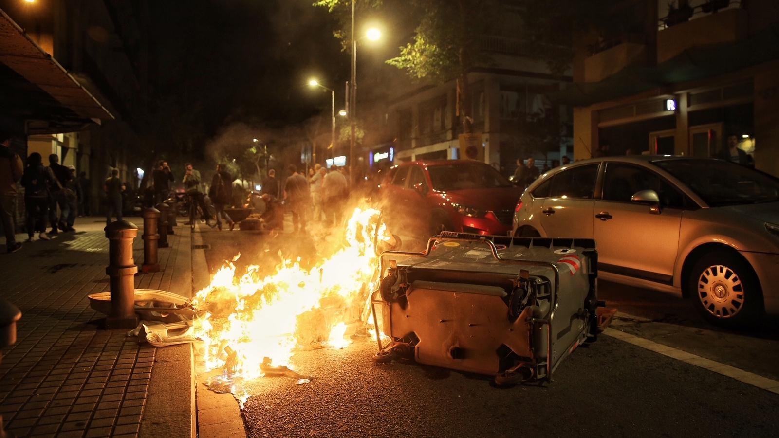 Els manifestants han cremat contenidors en protesta pel desallotjament de Ca La Trava / PERE VIRGILI