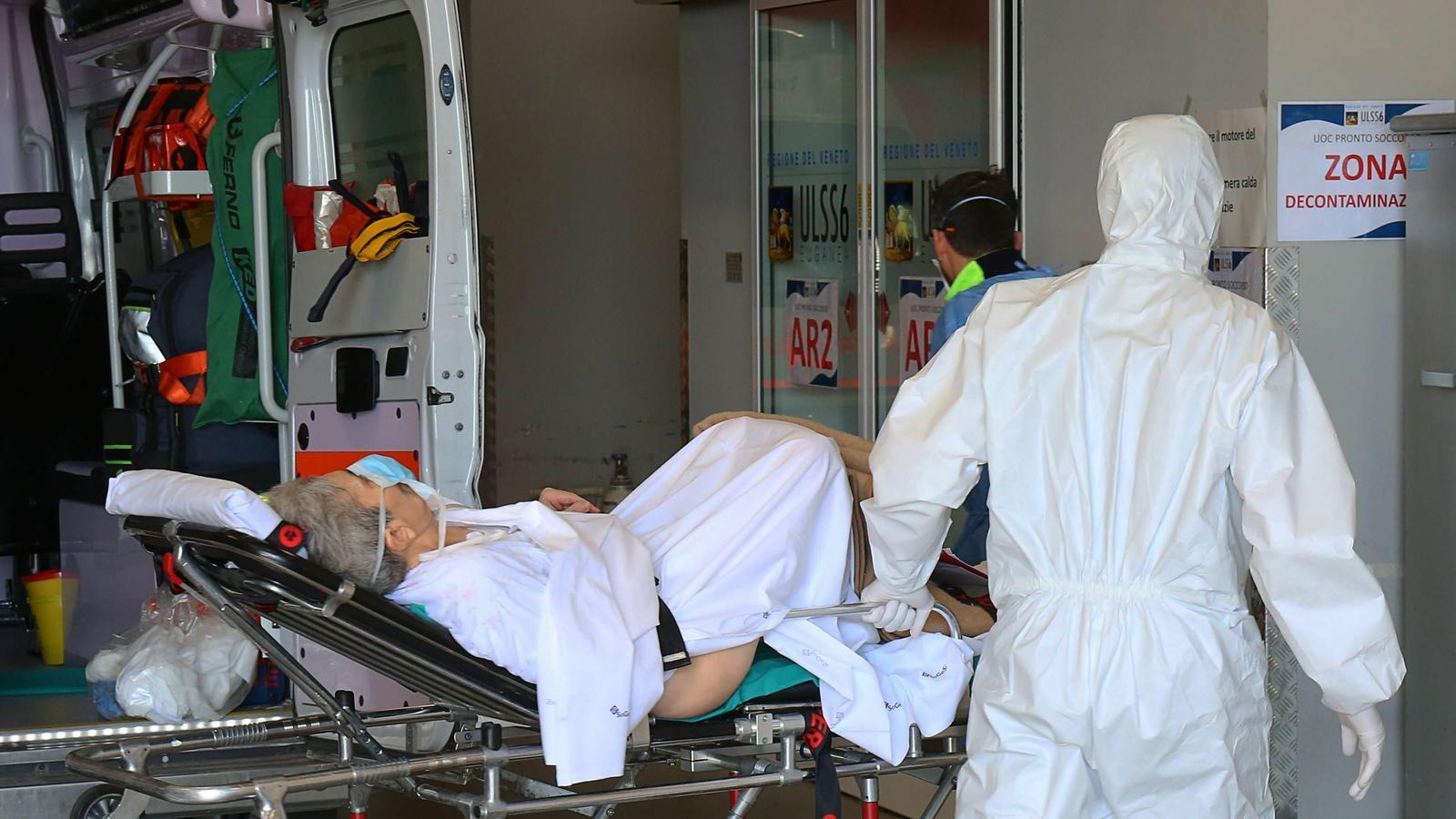 Metges de l'hospital de Schiavonia, al nord d'Itàlia, traslladen un malalt pel coronavirus