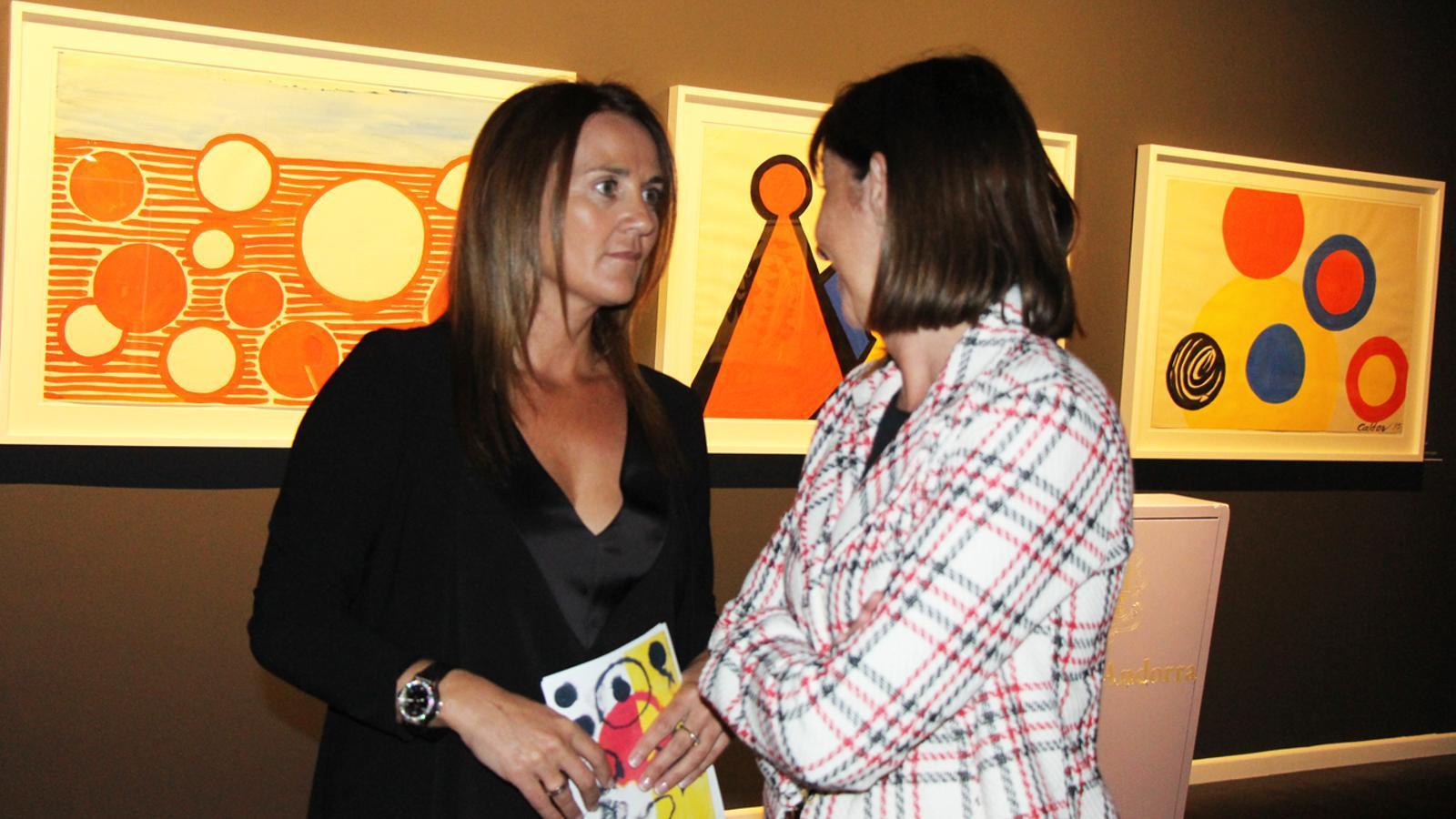 La ministra de Cultura, Olga Gelabert, conversa amb la ministra de Funció Pública, Eva Descarrega, a la inauguració de la mostra dedicada a Calder. / E. J. M. (ANA)